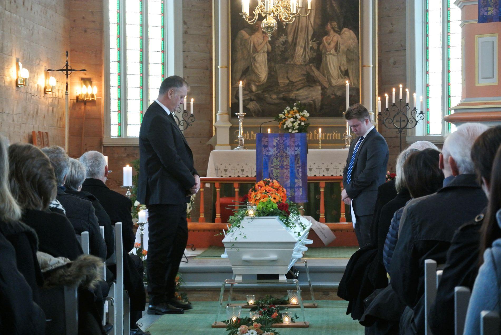 SISTE FARVEL: Ektemann Jostein og sonen Joakim la roser på kista til Kjersti Borlaug. Bisetjinga fant stad i Sæbø kyrkje 22. januar.