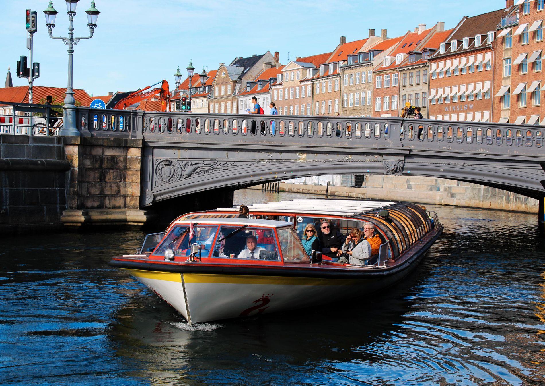 KANALBÅT: En times rundtur på kanalene i København er en super måte å få oversikt over byen på. Bare pass på hodet: Båtene manøvrerer seg tidvis under svært lave broer.