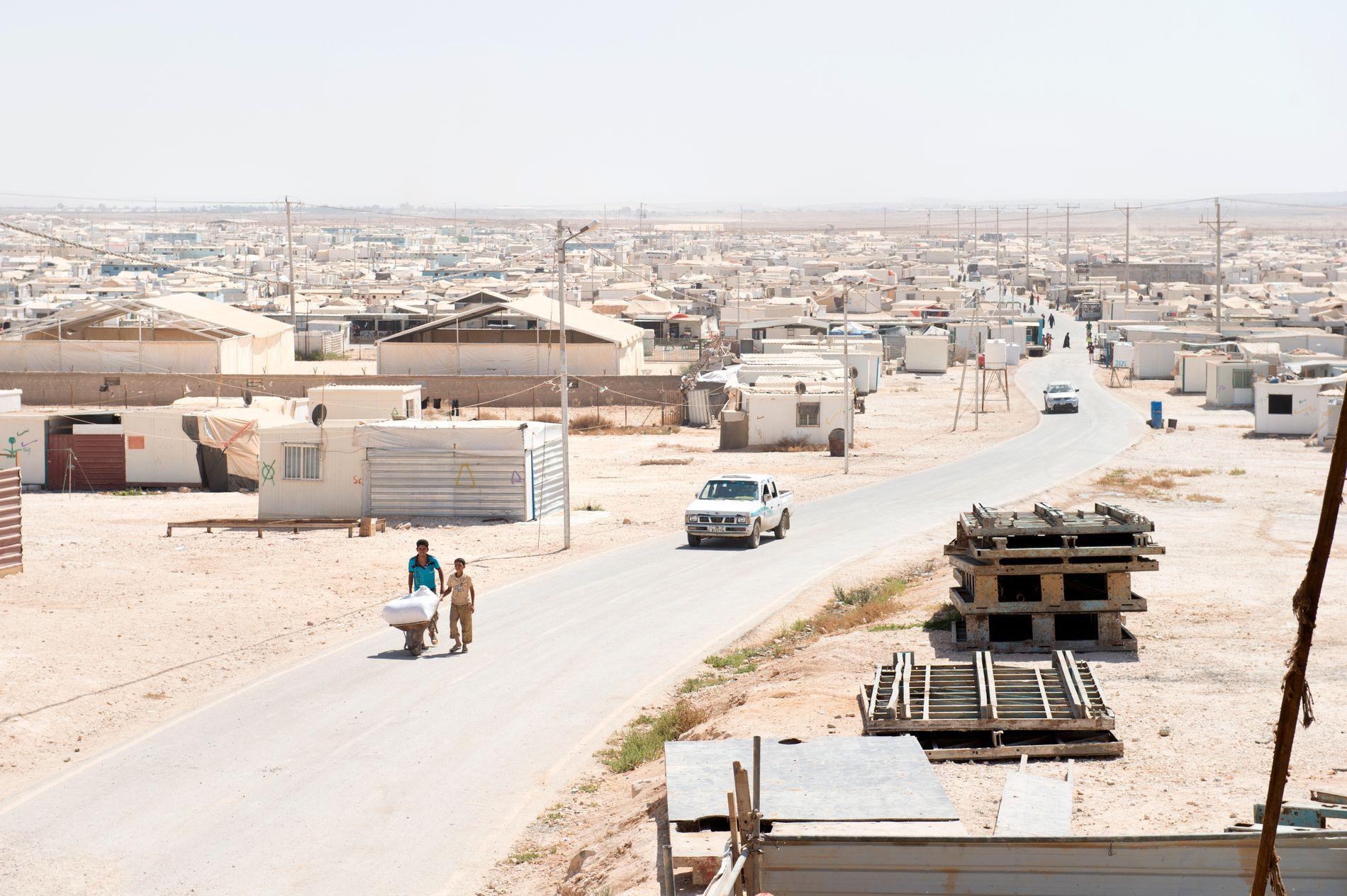 KUMMERLIGE FORHOLD: Rundt 30 norske barn lever i flyktningleirer som denne, i Syria og nabolandene. Dette bildet er fra leiren Zaatari i Jordan, på grensen mot Syria.