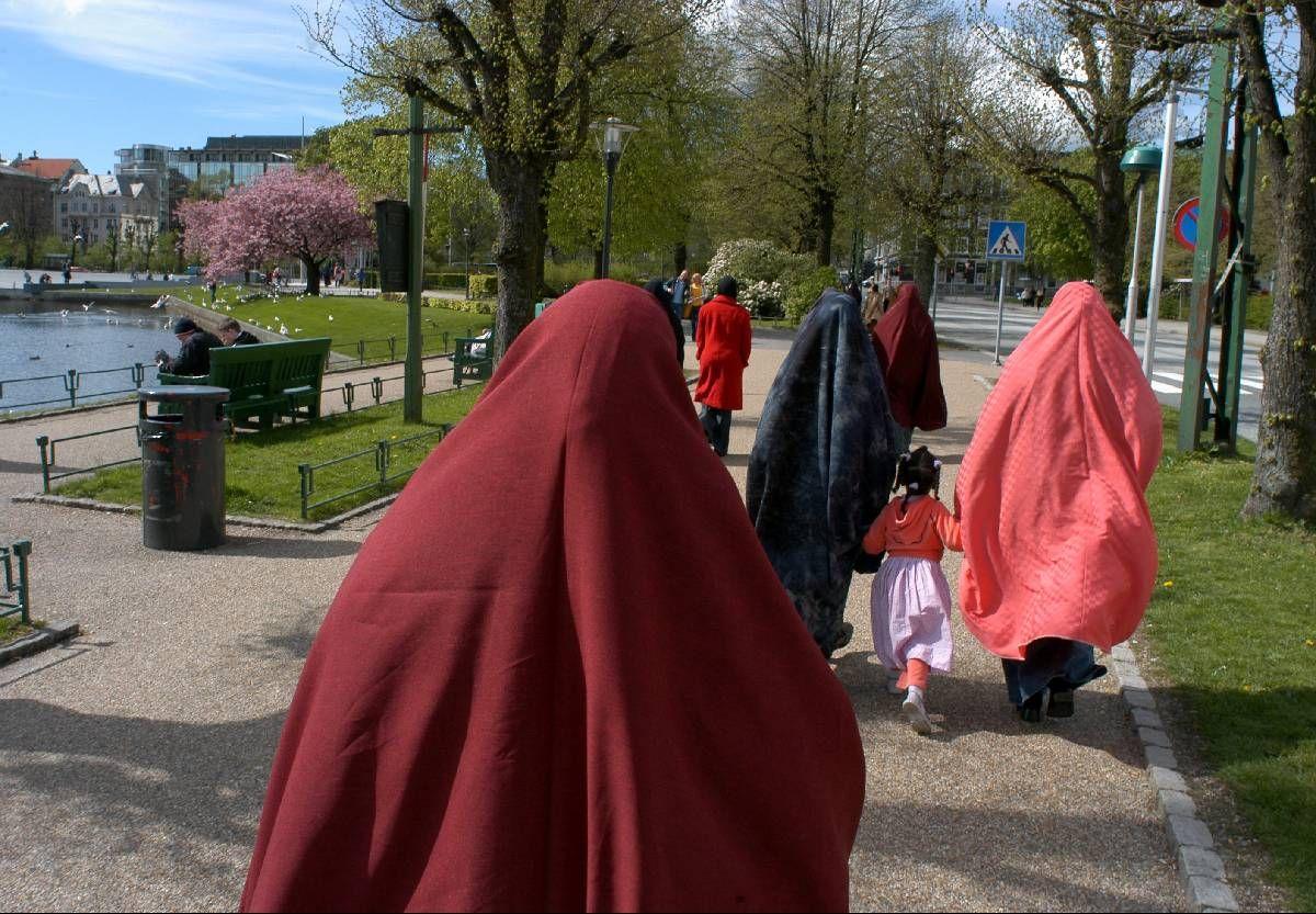 INNVANDRERE: I Norge, som i andre land, opplever mange av de innvandrede at det er vanskelig å finne arbeid og venner eller sosiale nettverk, skriver innsenderen.