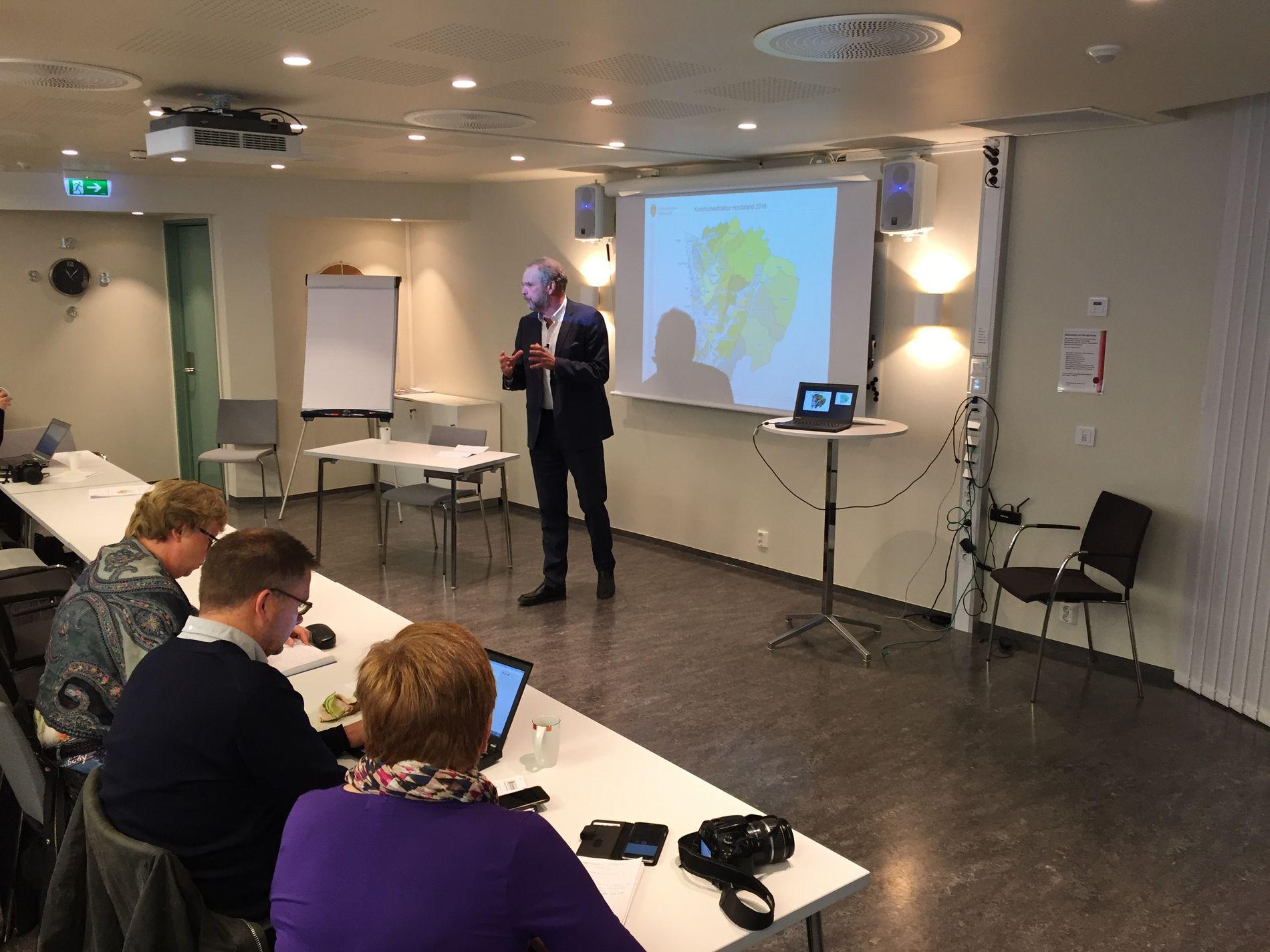 PRESENTASJON: Fylkesmann Lars Sponheim legger frem sine råd på en pressekonferanse fredag.