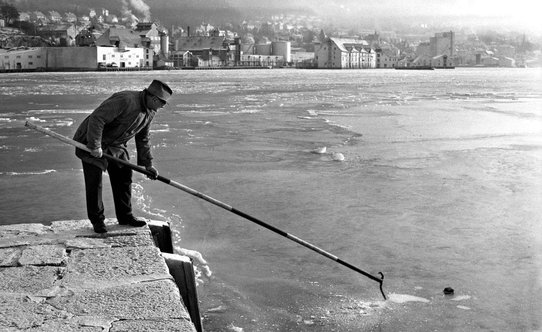 ISLAGT: I 1972 lå isen tykk og trygg på Sandviksflaket. Ikke alle båtfolk likte det. FOTO: SVERRE MO
