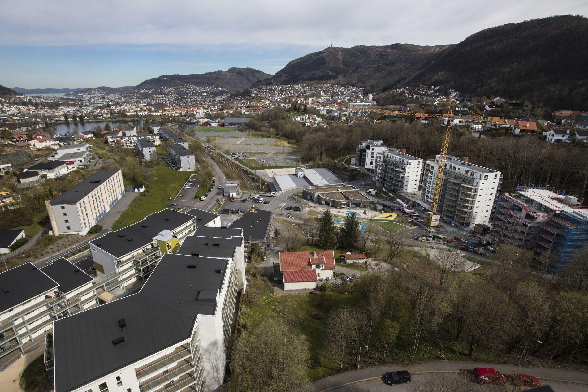 BO TETTERE: Mye videre utbygging vil måtte foregå ved at villaer med hage blir gjort om til leilighetsbygg eller andre tettere boformer, skriver innsender.
