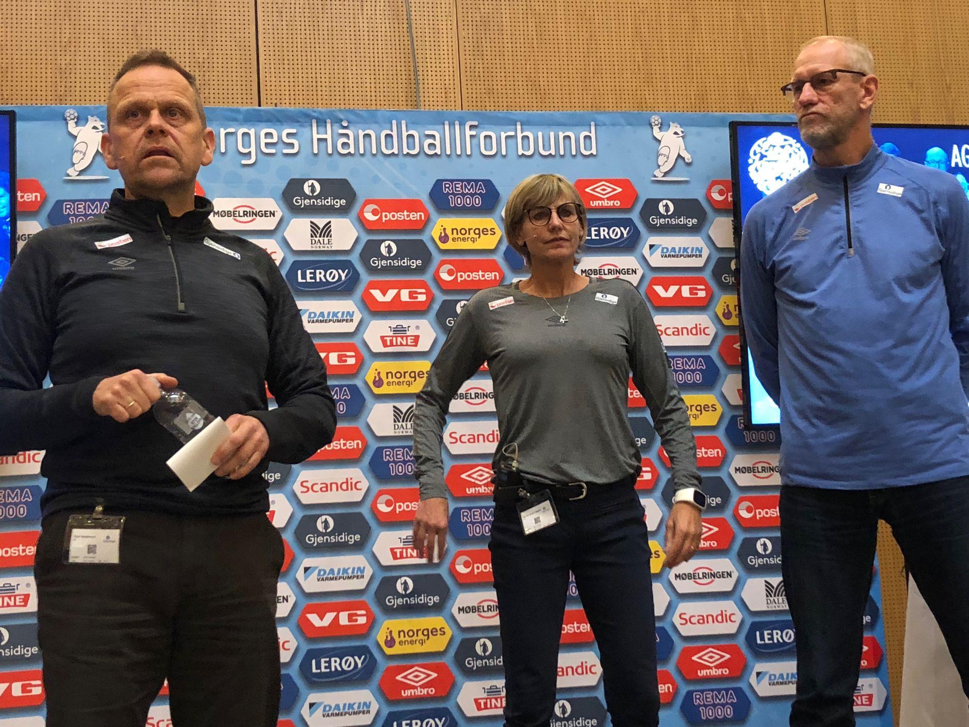 PRESENTASJON: Landslagssjef Thorir Hergeirsson annonserer årets EM-tropp ved siden av assistentene Mia Högdahl og Mats Olsson.