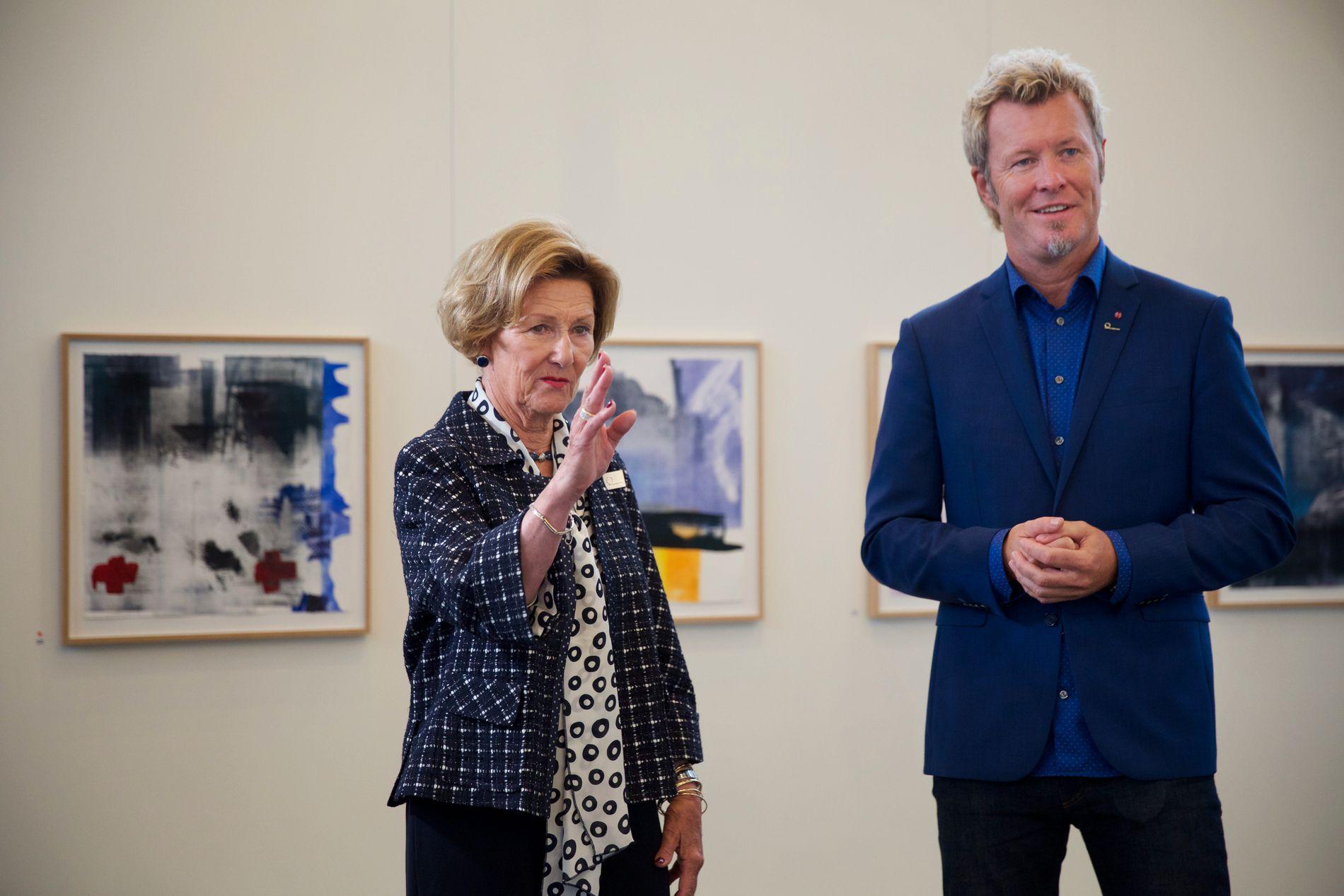 UTSTILLING: Dronning Sonja og Magne Furuholmen avbildet da de åpnet en felles kunstutstilling i Grieghallen i august 2016. Furuholmen er også styreleder i Festspillene, som har innlemmet dronningens nye utstilling i sitt program.