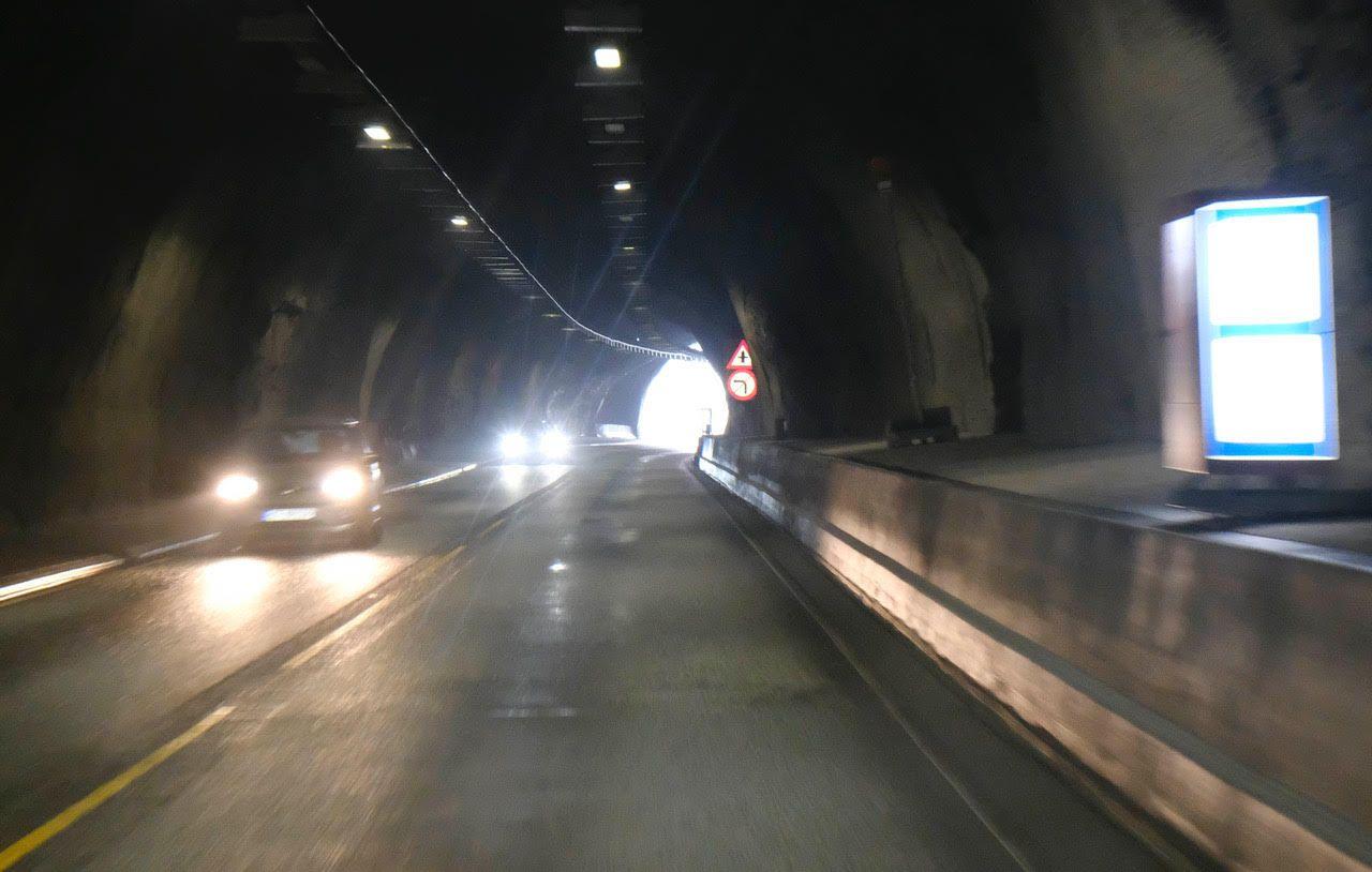 TUNNELMUR: Her i Stavenestunnellen på E16 mellom Bergen og Voss er murkanten på plass.