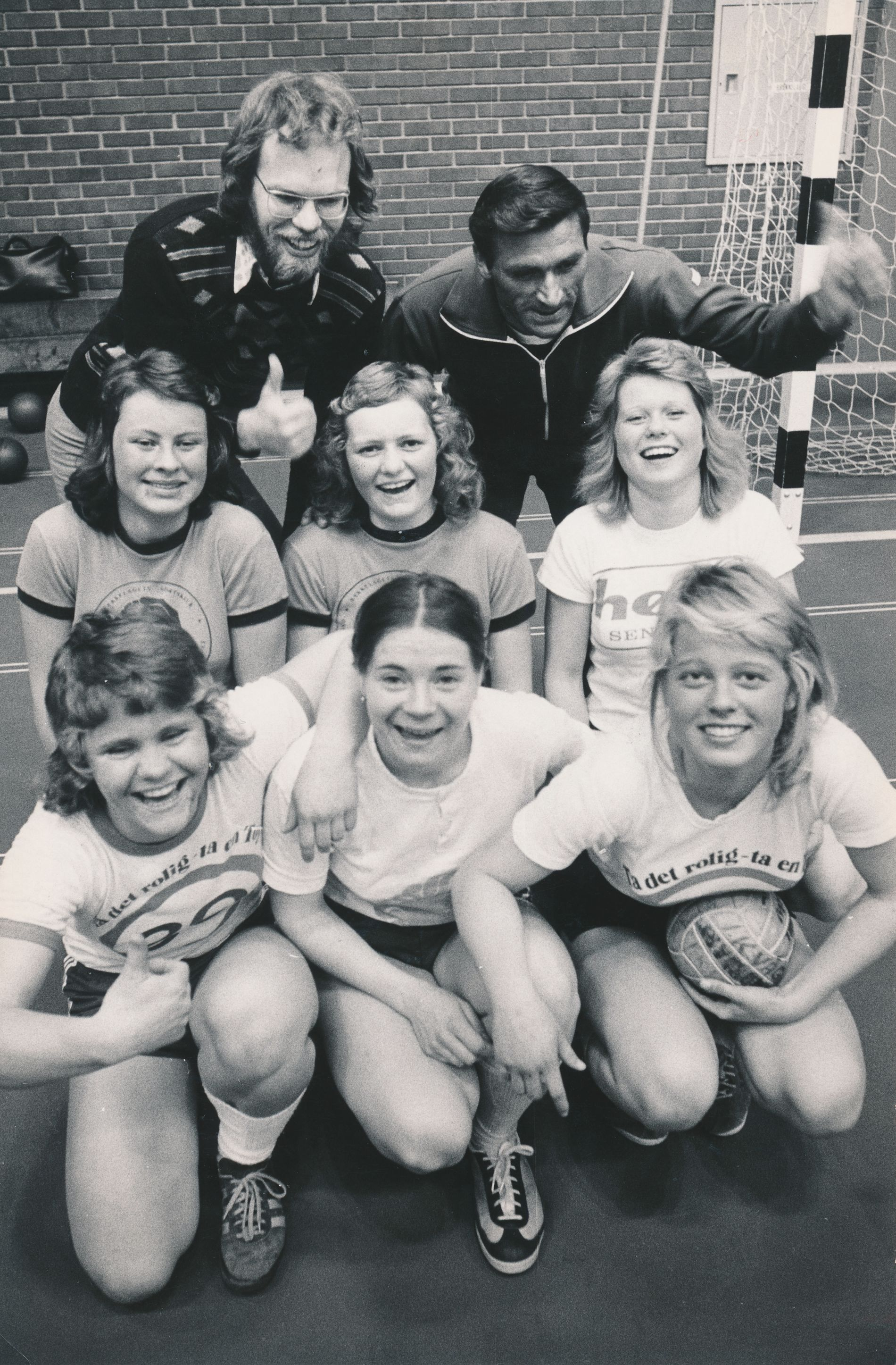 Det første Våg-laget som deltok i serien jubler etter at opprykket til 3. divisjon er klart i april 1975. F.v. Ragnhild Aas, Torhild Gurandsrud og Ingebjørg Bjørnå. Bak: Else Bergstøl, Rita Ingebrethsen og Hilde Andersen. Trenerne Gunnar Thunestvedt (v.) og Odd Løland står bakerst. Hilde Kvammen, Åse Storberget, Kirsten Jahnsen, Anne Bert Lund og Torbjørg Træland spilte også på laget. Samtlige spillere, med ett unntak, var 16 år gamle.