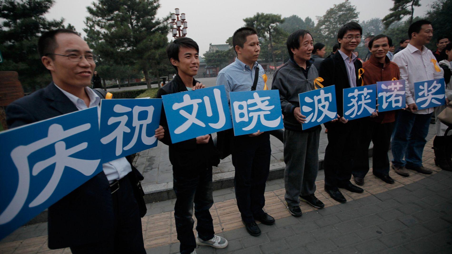 FEIRER LIU XIAOBO: «Vi feirer at Liu Xiaobo får fredsprisen», står det på disse plakatene som ble båret i en park i Beijing til støtte for fredsprisvinneren. ARKIVFOTO: VINCENT YU, AP
