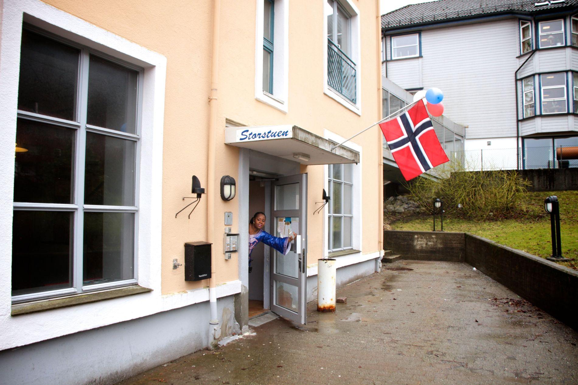 STORSTUEN NORGE: Fatmata Sia åpner dørene for oss, og ønsker oss velkommen til sønnens 7-årsdag.