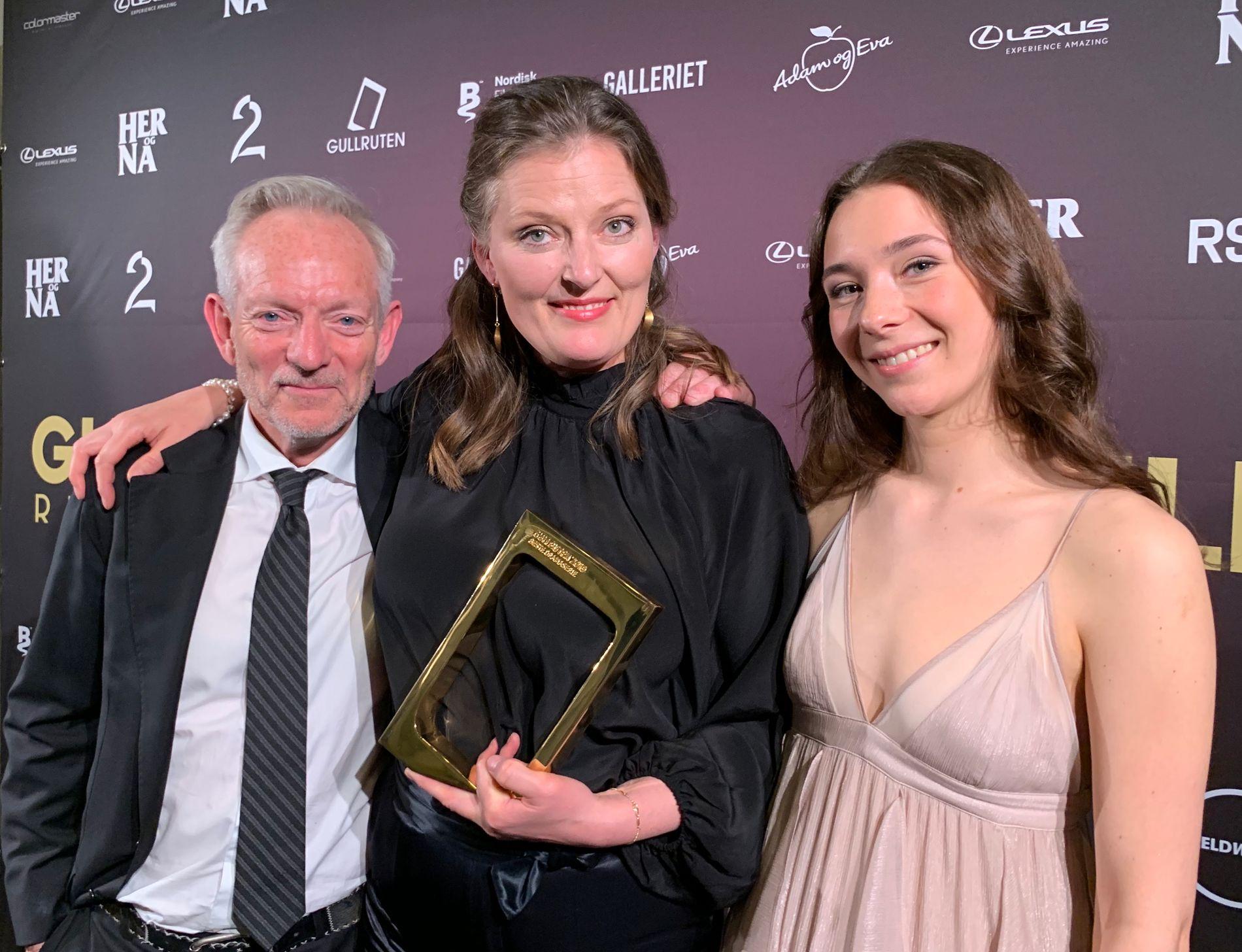 TO PRISER: Det ble to priser til «Lykkeland» lørdag kveld. Fra venstre: Petter Næss, Synnøve Hørsdal og skuespiller Anne Regine Ellingsæter.