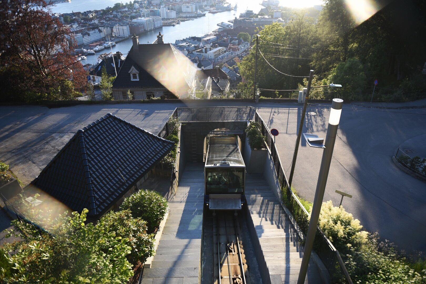 TIL TOPPS: Vognene Rødhette og Blåmann tok inn rekordstore summer i fjor. Onsdag fikk passasjerene se Bergen fra sin beste side.