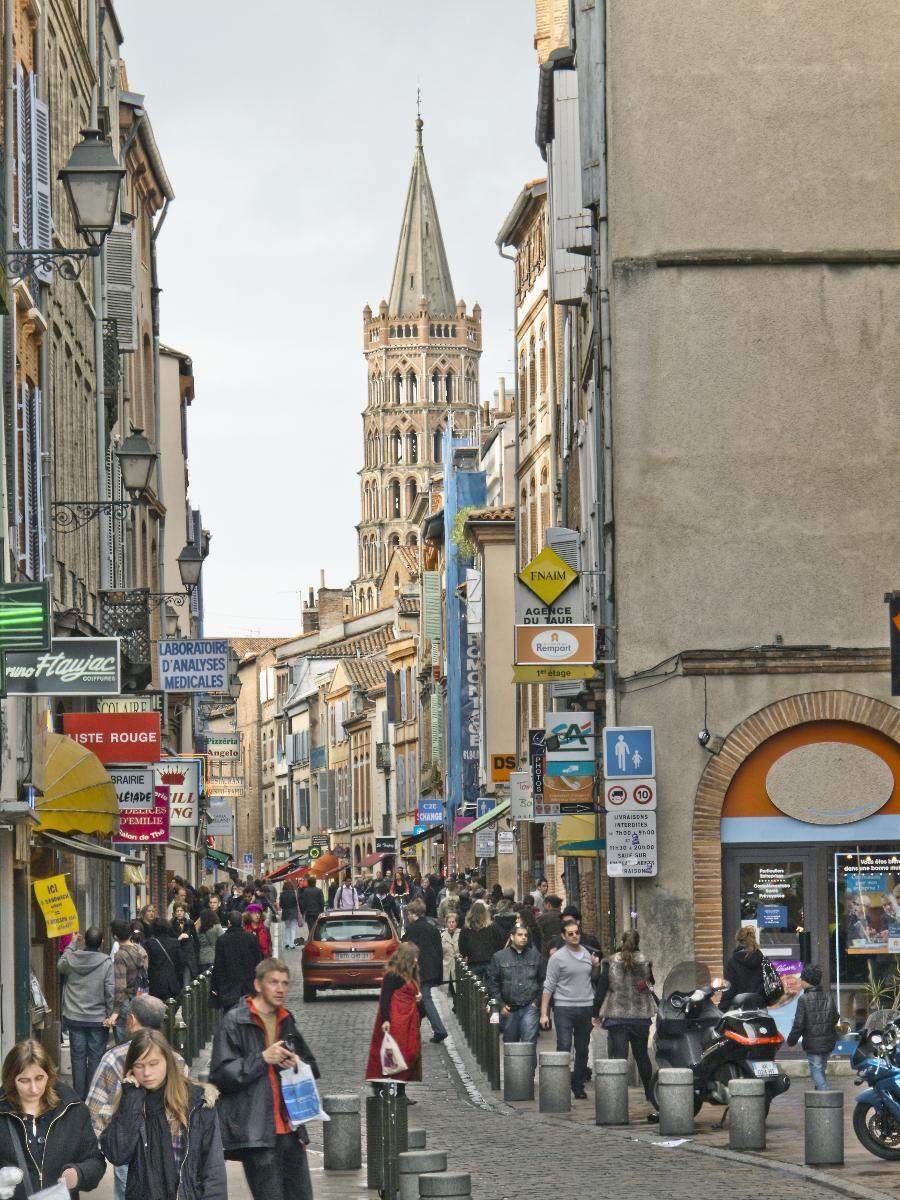 VED PYRENEENE: Toulouse, her med klokketårnet til kirken Saint-Sernin i bakgrunnen, er kjent for sine mange mursteinsbygninger. (Foto: David Sailors / Corbis / NTB scanpix)