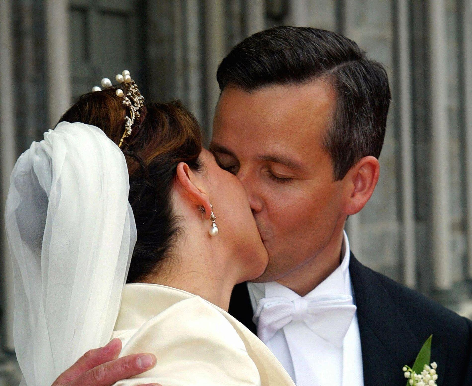 GIFT: Prinsesse Martha Louise og Ari Behn ble viet i Nidarosdomen i Trondheim 24. mai i 2002. Her det første kysset som nygifte utenfor kirken.