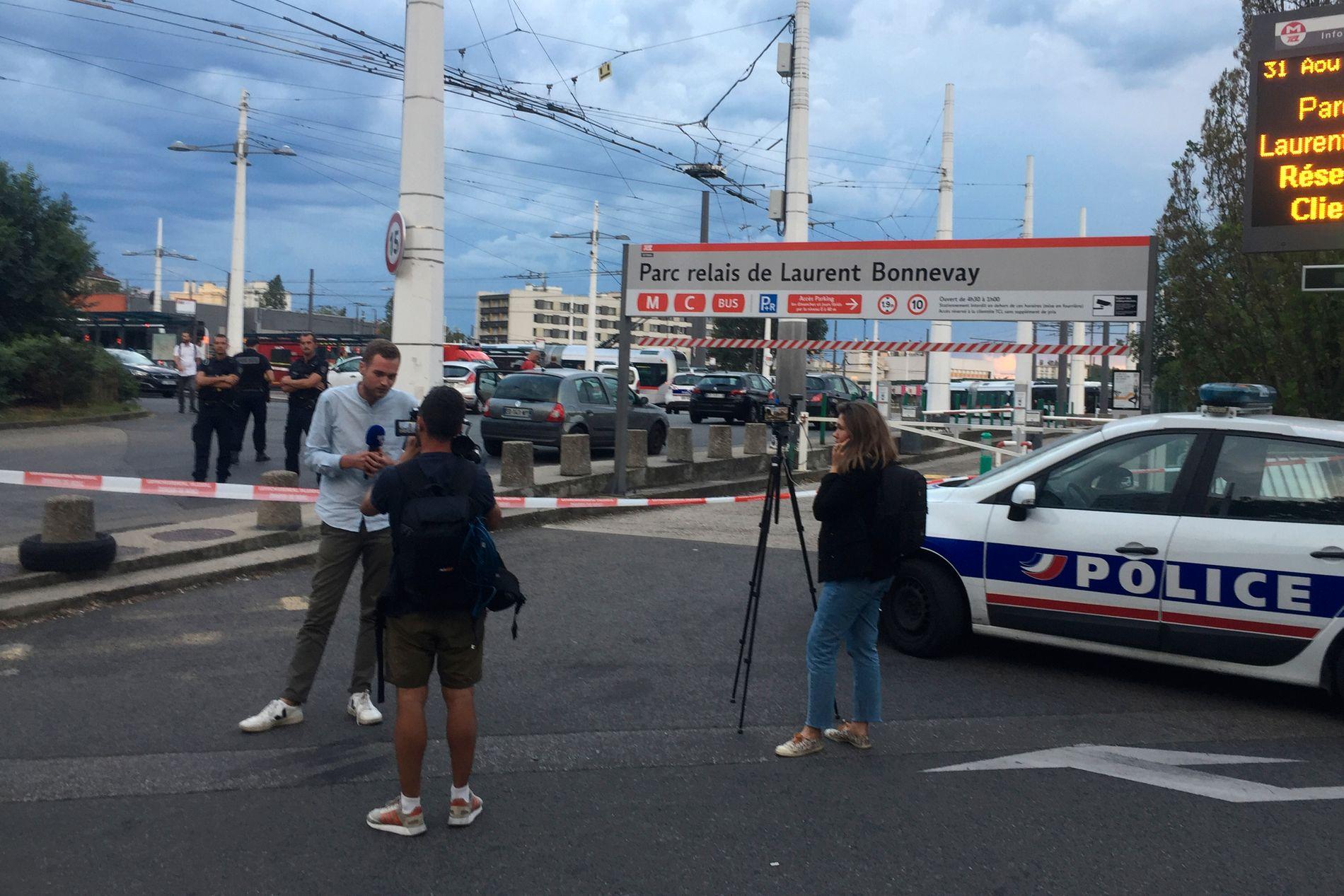 SPERRET AV: Journalister i arbeid ved metrostasjonen i Villeurbanne ved Lyon som politiet har sperret av etter et knivangrep.
