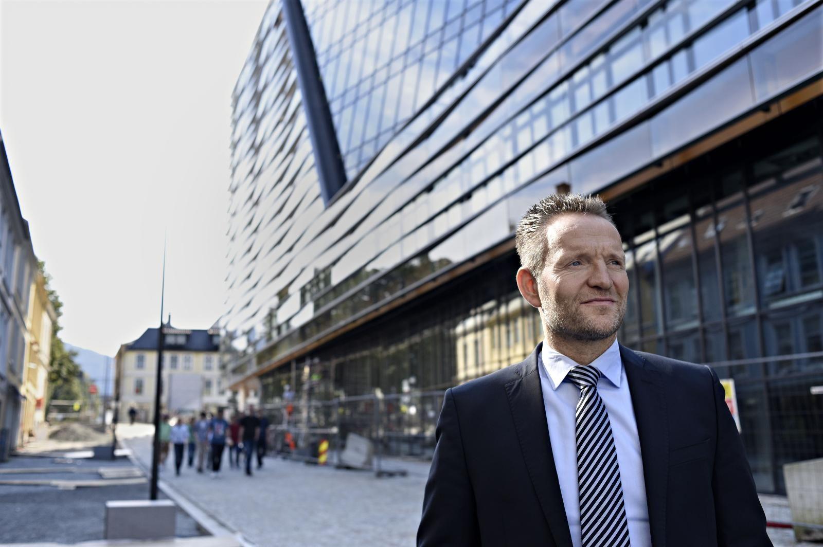 KUTT: Sparebanken Vest-sjef Jan Erik Kjerpeseth varsler at banken skal kutte 100 årsverk