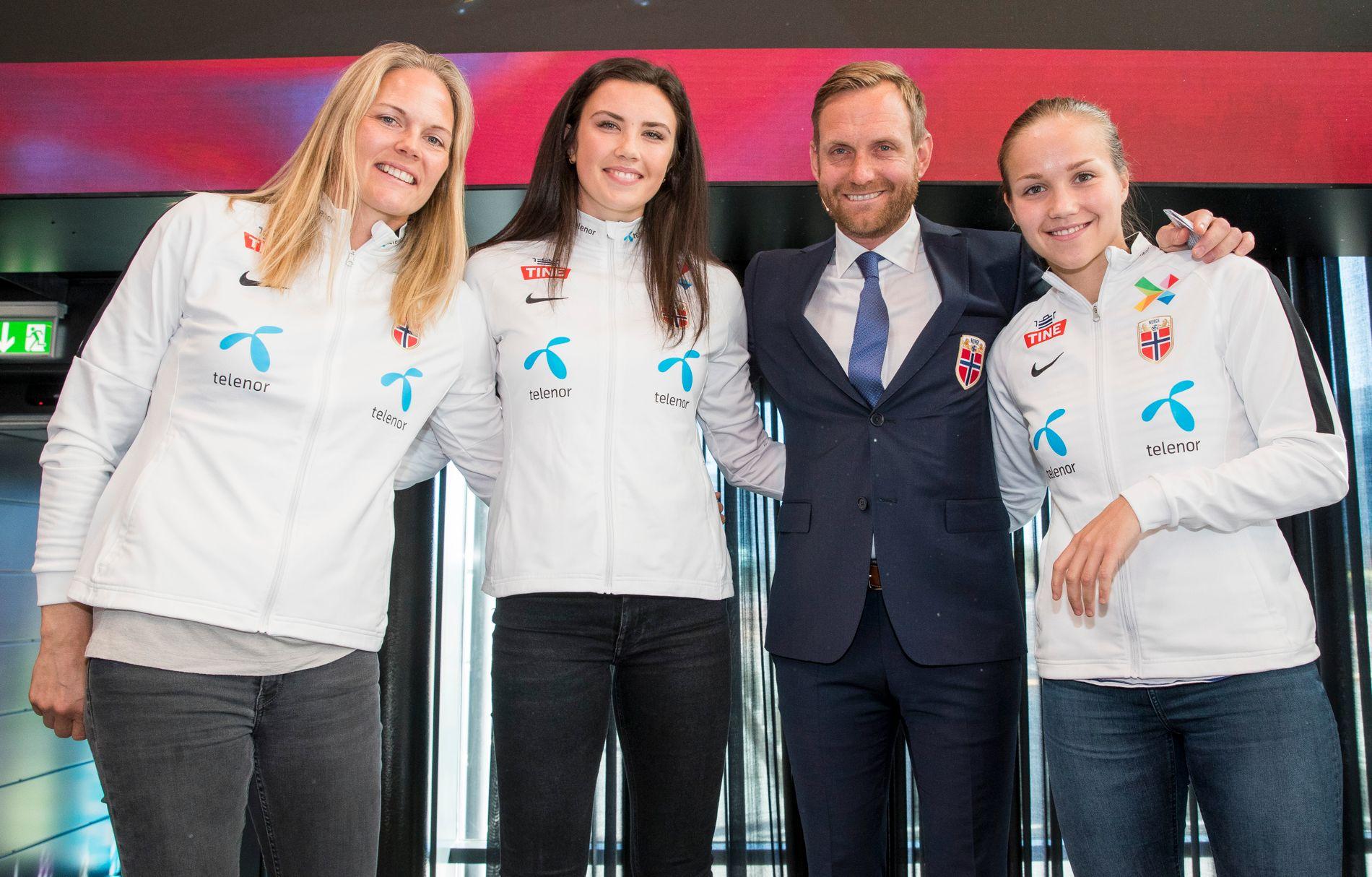 Ingrid Hjelmseth, Ingrid Syrstad Engen, landslagssjef Martin Sjögren og Guro Reiten er klare for VM i Frankrike.
