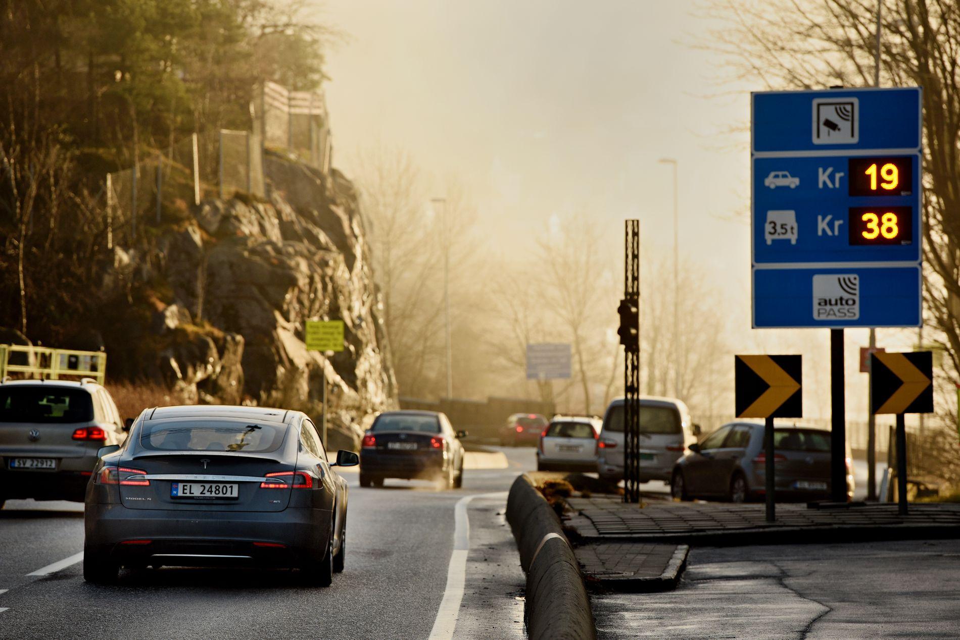 SKADELIG: Bompengene er blant annet innført for å få ned biltrafikken i Bergen sentrum etter år med dårlig luftkvalitet.