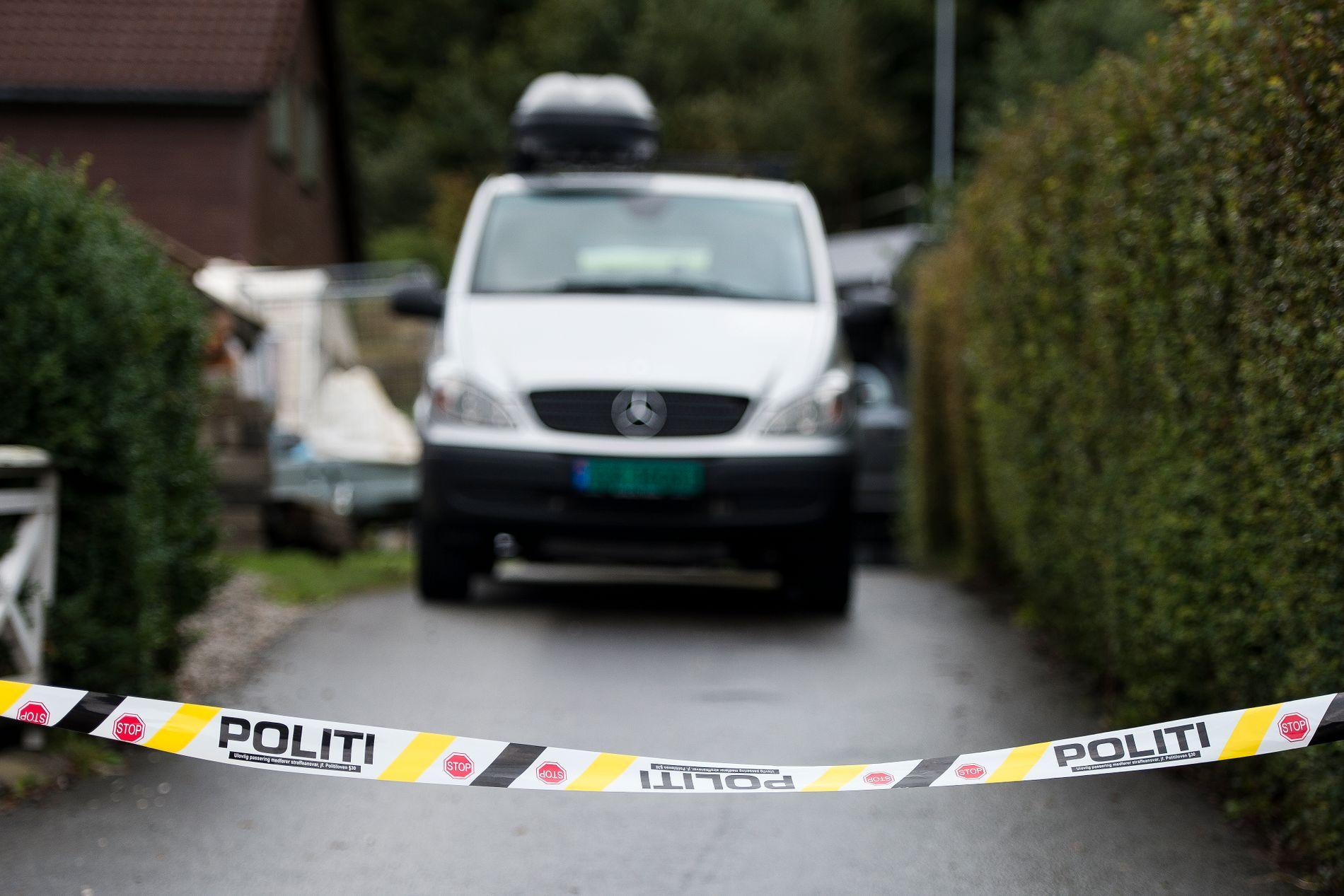 Både politiets bombegruppe og eksperter fra Forsvaret er på stedet etter funn av store mengder eksplosiver, ammunisjon og våpen i et bolighus på Gausel i Stavanger torsdag. Foto: Carina Johansen / NTB scanpix