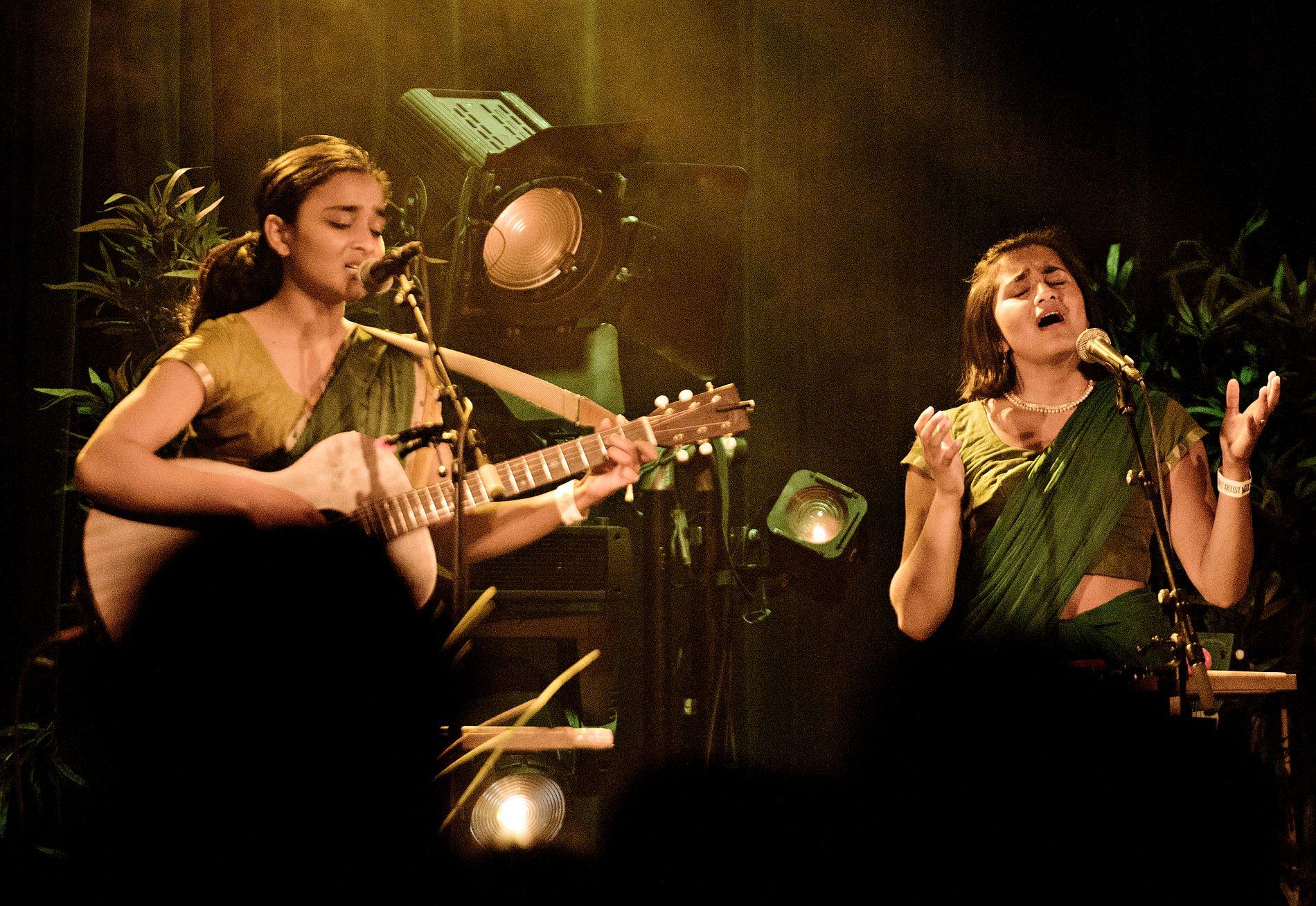TAMILSKE TONER: Bergenserne Mira og Dipha Thiruchelvam har vakt oppsikt med sin blanding av tradisjonell tamilsk musikk, og vestlig popmusikk.