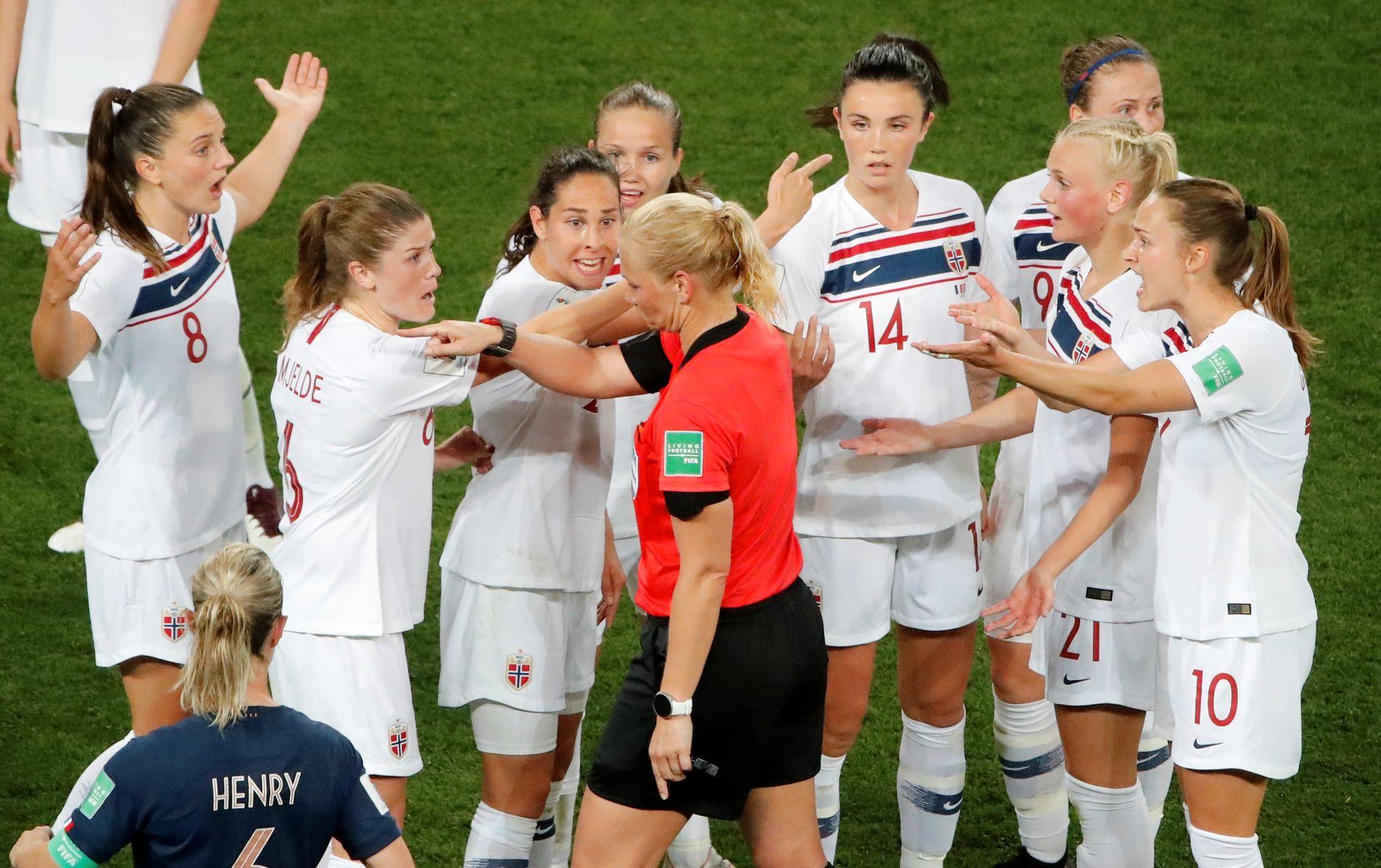 Det norske laget prøver febrilsk å overtale dommer Bibiana Steinhaus til å omgjøre straffeavgjørelsen. Det var til liten nytte.