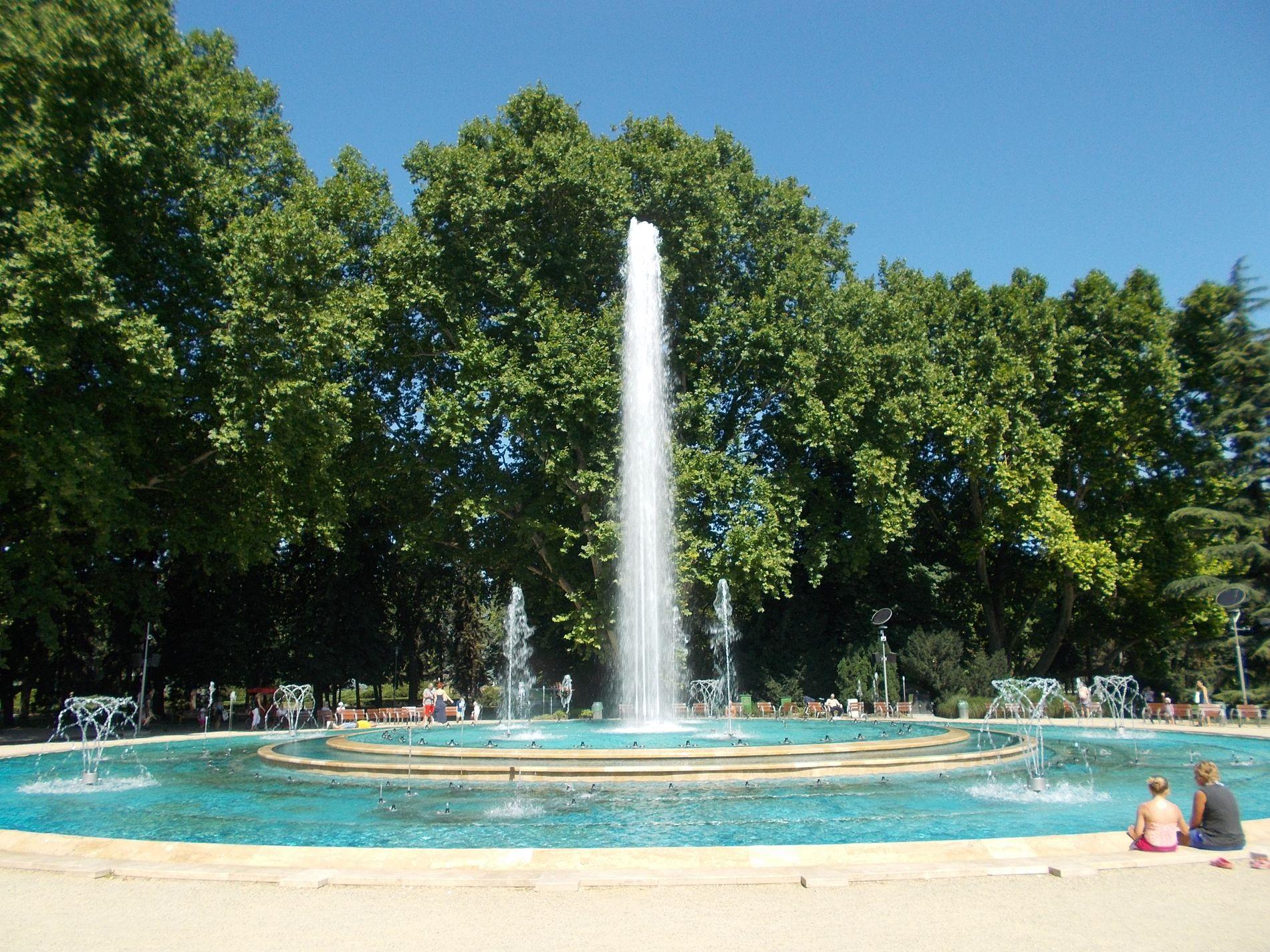TURISTATTRAKSJON: Innsenderen har latt seg inspirere av den musikalske fontenen i Budapest i Ungarn, som sender vannsøylene til værs i takt med musikk.