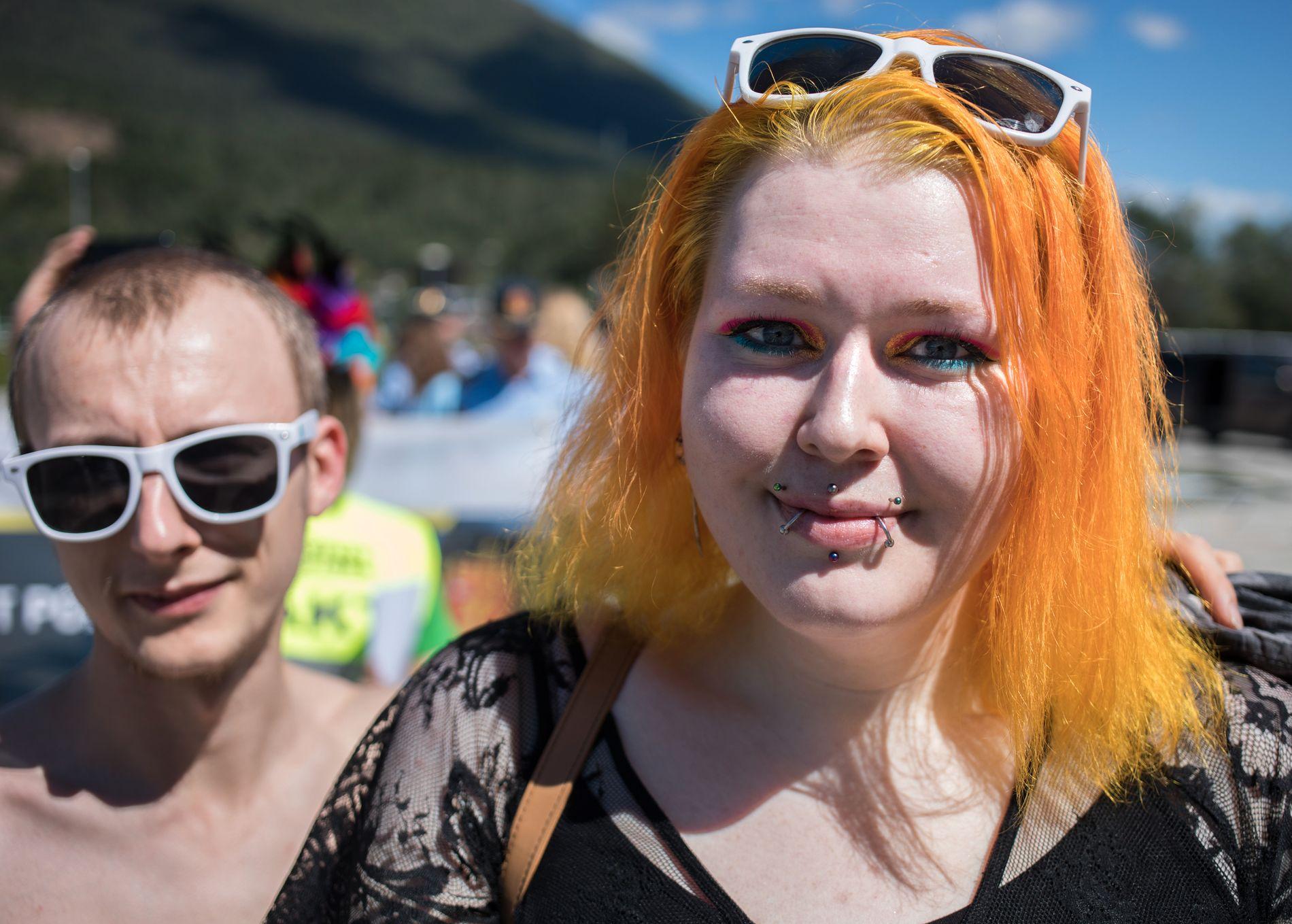 GJEKK I TOG: Svenn-Inge Hiller og Angelica Reiersgård-Hansen koste seg i strålande sol i Førde.