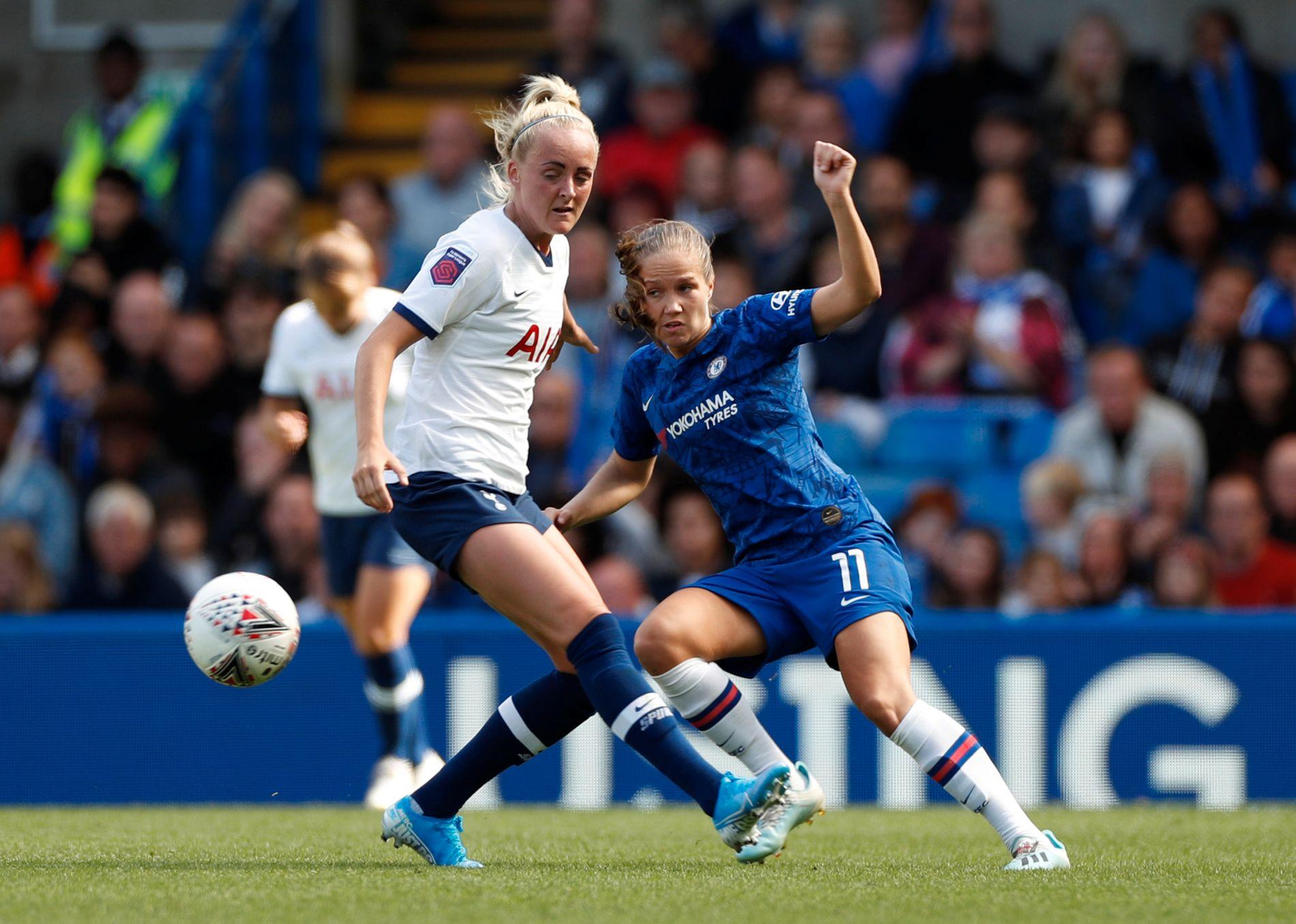 Guro Reiten i aksjon for Chelsea på Stamford Bridge søndag. Her er hun i duell med Tottenham-spiller Chloe Peplow.