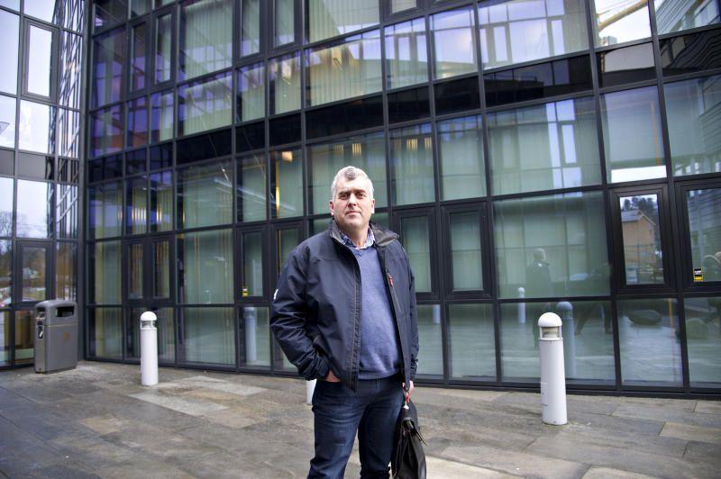 UNIK: Stig Hammersland var en utålmodig sjel som ønsket å få ting gjort. Her utenfor Sandsli videregående skole der han var elevinspektør.