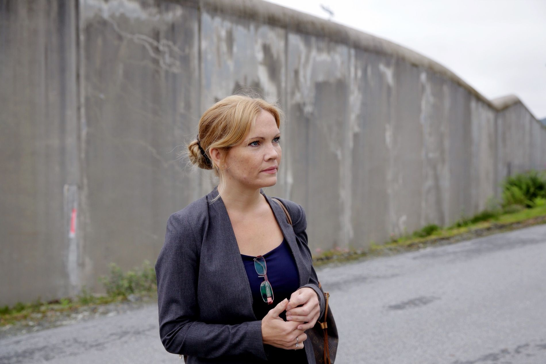 FORSVARER: Maria Hessen Jacobsen er forsvarer for den siktede mannen som har arbeidet i en kommunal barnehage i Bergen. Her ved Bergen fengsel fredag formiddag.