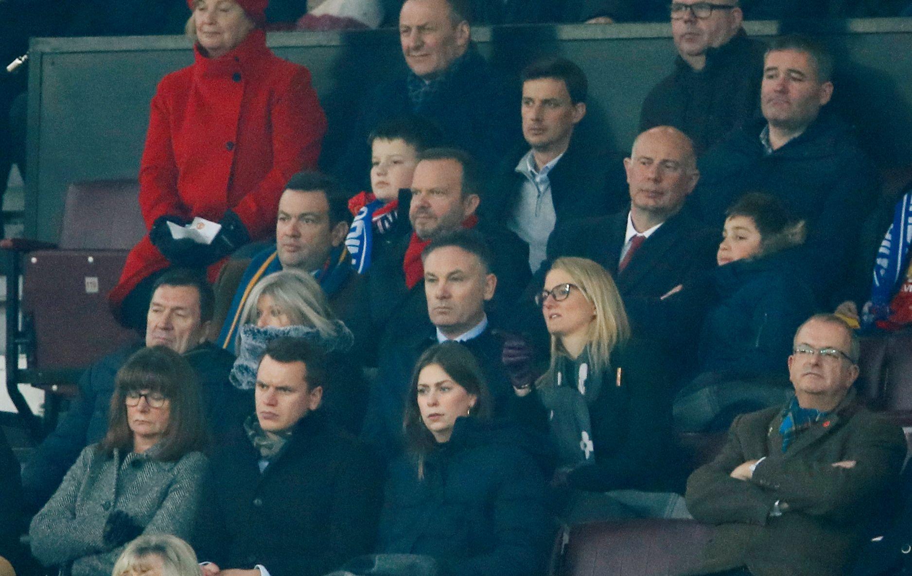 Ed Woodward (med rødt skjerf) har snart vært Manchester Uniteds administrerende direktør i seks år.