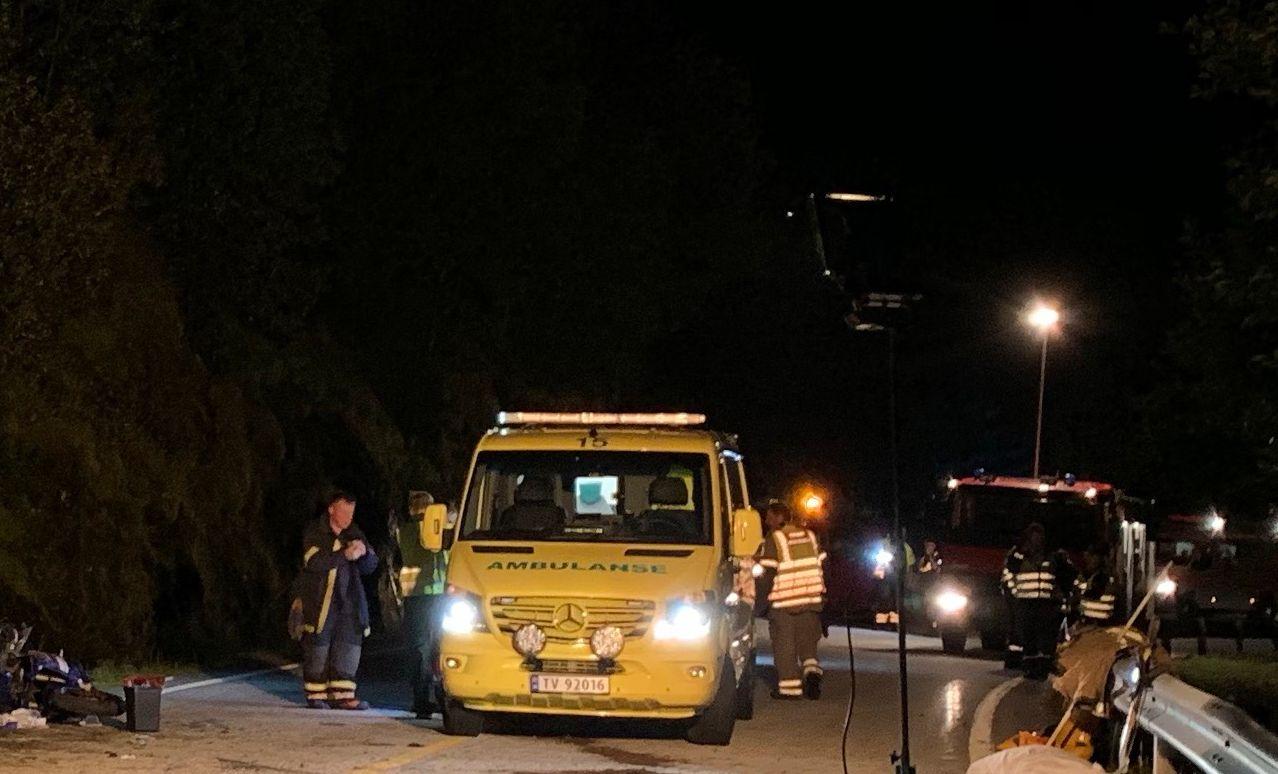 DØDSULYKKE: 19-åringen ble fløyet til Haukeland sykehus med luftambulanse, og en 26 år gammel mann ble brakt til Førde sentralsykehus etter ulykken i Fjaler i Sogn og Fjordane tirsdag kveld.