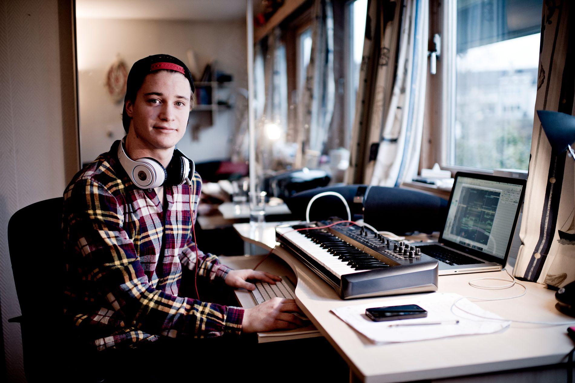 FORAN DATAEN: Det er slik som dette, foran et keyboard og en datamaskin, at musikken til Kyrre Gørvell-Dahll, bedre kjent som Kygo, blir til. Så langt har han laget remikser av kjente sanger. - Jeg finner sanger jeg liker, og tenker at jeg kan gjøre noe annerledes, sier han.