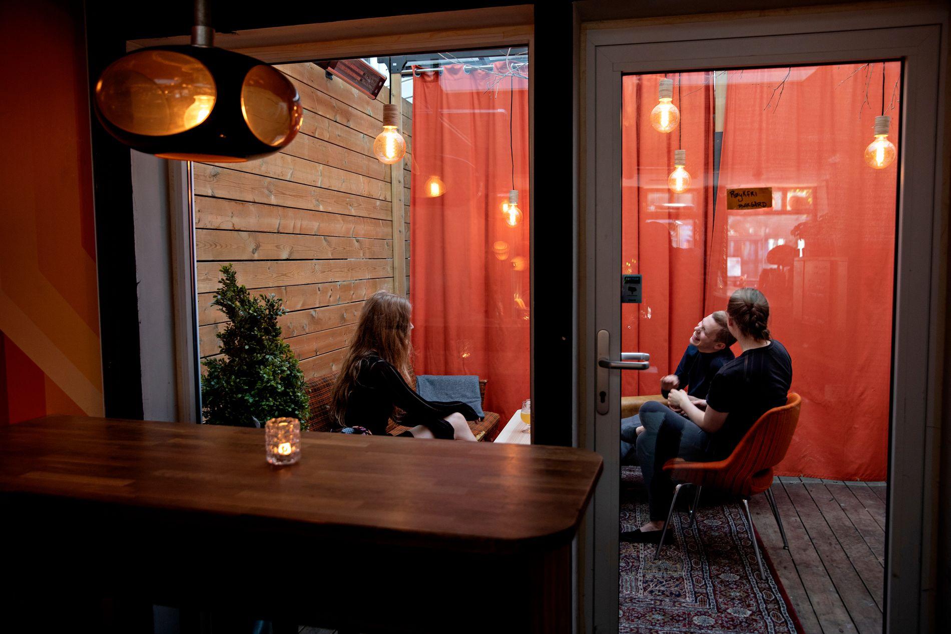 RØYKFRI: I den lille bakgården hos HEM kan man sitte i slitte møbler og nyte en øl.