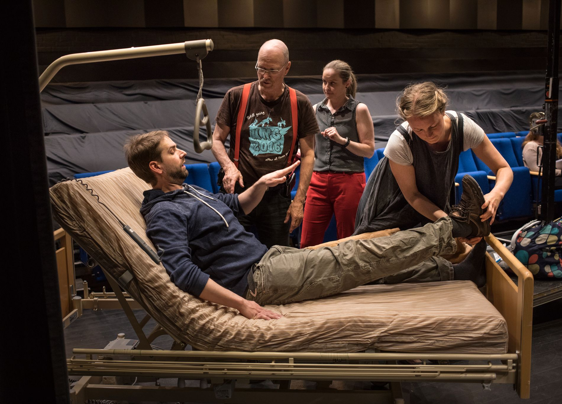 GODE HJELPERE: Kostymeansvarlig Anna Wingård hjelper til med å få skoene av og på. I midten informasjonsansvarlig Lene Grande og til venstre tekniker Atle Øydvin.