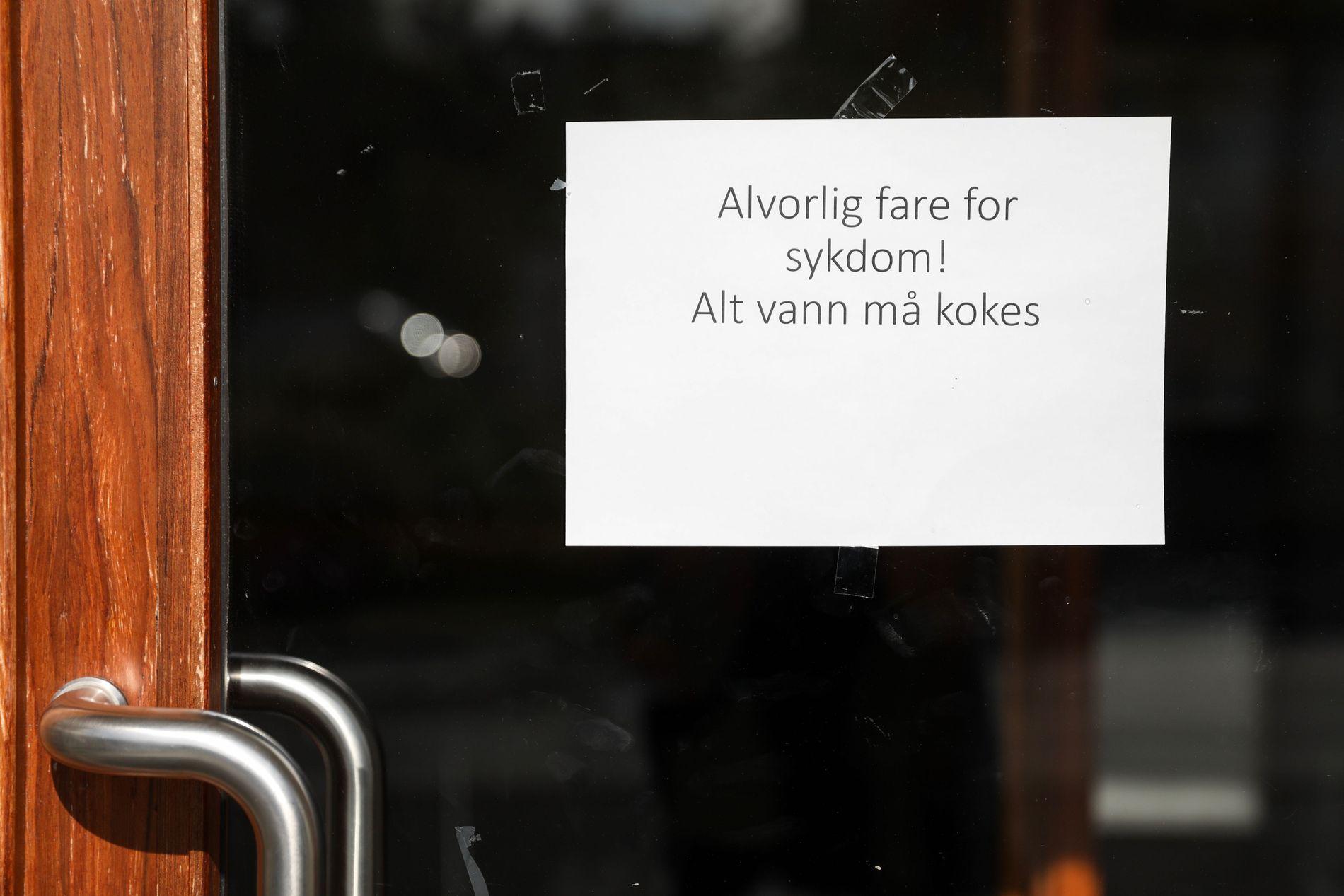 ADVARSEL: En lapp med beskjed om å koke vannet henger på døren til kommunehuset på Askøy.