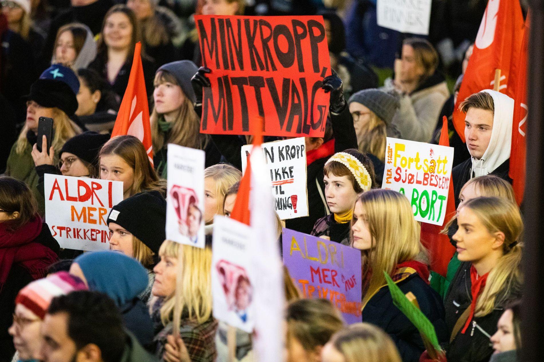 DEMONSTRERTE: Mange er sinte over at statsminister Erna Solberg (H) har åpnet for å diskutere innstramminger i abortloven. Mandag var tusen demonstranter samlet både i Oslo og Bergen for å vise sin motstand.