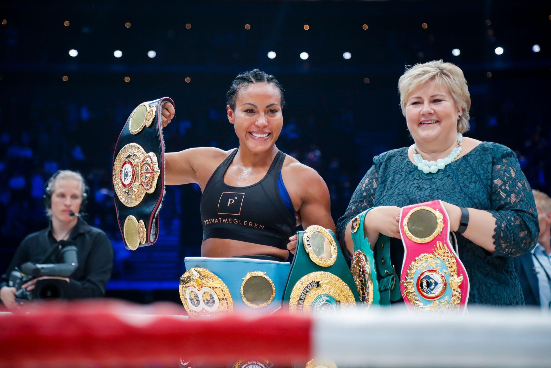 Cecilia Brækhus poserte sammen med statsminister Erna Solberg etter knockoutseieren.