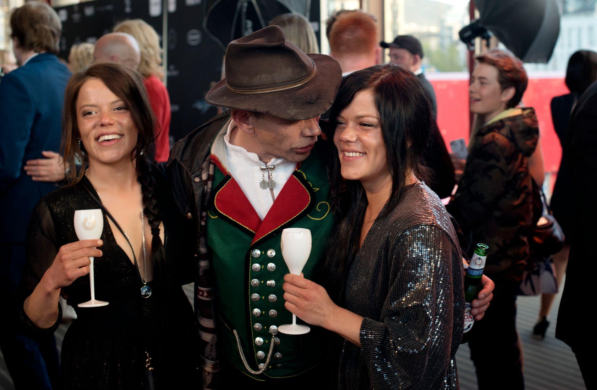 PRISVINNER: Leif Einar Lothe, bedre kjent som Lothepus var nominert til pris under Gullruten for dokusåpen «Fjorden Cowboys». Her sammen med «Jakttvillingene» Kristine og Johanne Thybo Hansen.