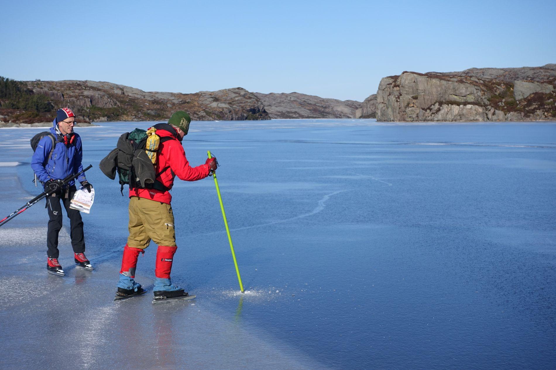 ISTEST: Her vert isen på Kørelen på Sotra sjekka.