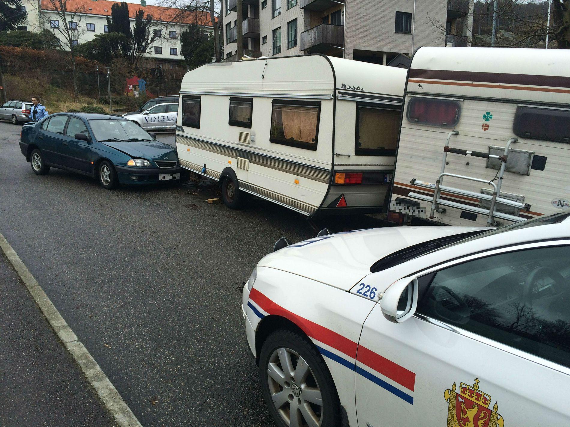 KJEDEKOLLISJON: Etter at bilen krasjet inn i campingvognen, skal også en campingbil ha  blitt truffet.