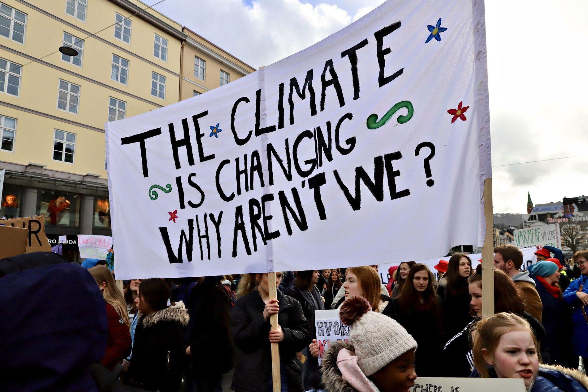 SLAGORD: Over 3000 bergenselever droppet skolen for å markere klimakrisen forrige torsdag. «Alt fossilt må bli dyrt – gi pengane til folket» og «Ingen nye motorvegar eller rullebaner» var blant parolane før marsjen torsdag. I tillegg kom elevane utrustet med egne slagord.