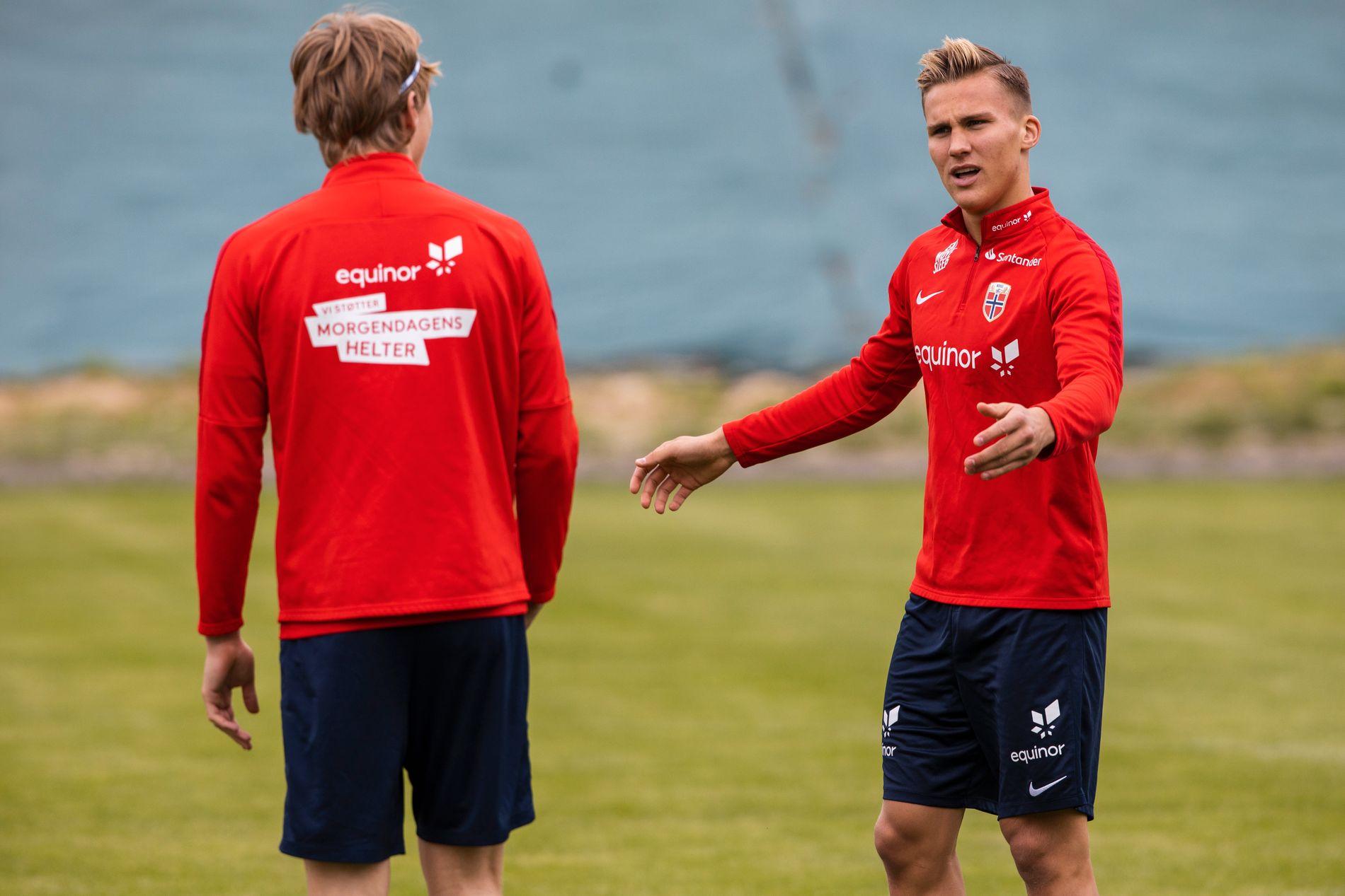 Leo Østigård (til høyre) trener med den tyske klubben St. Pauli.