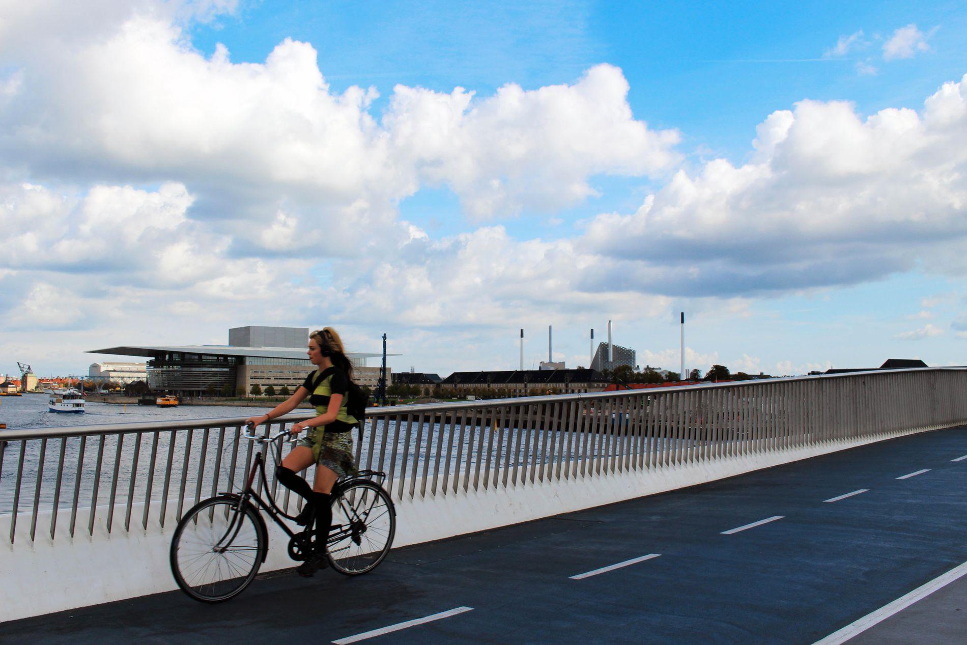BYENS NYESTE BRO: Inderhavnsbroen åpnet i 2016, etter mye klabb og babb med arbeidet i forkant. Broen binder sammen Nyhavn og Christianshavn, og er for syklende og gående.