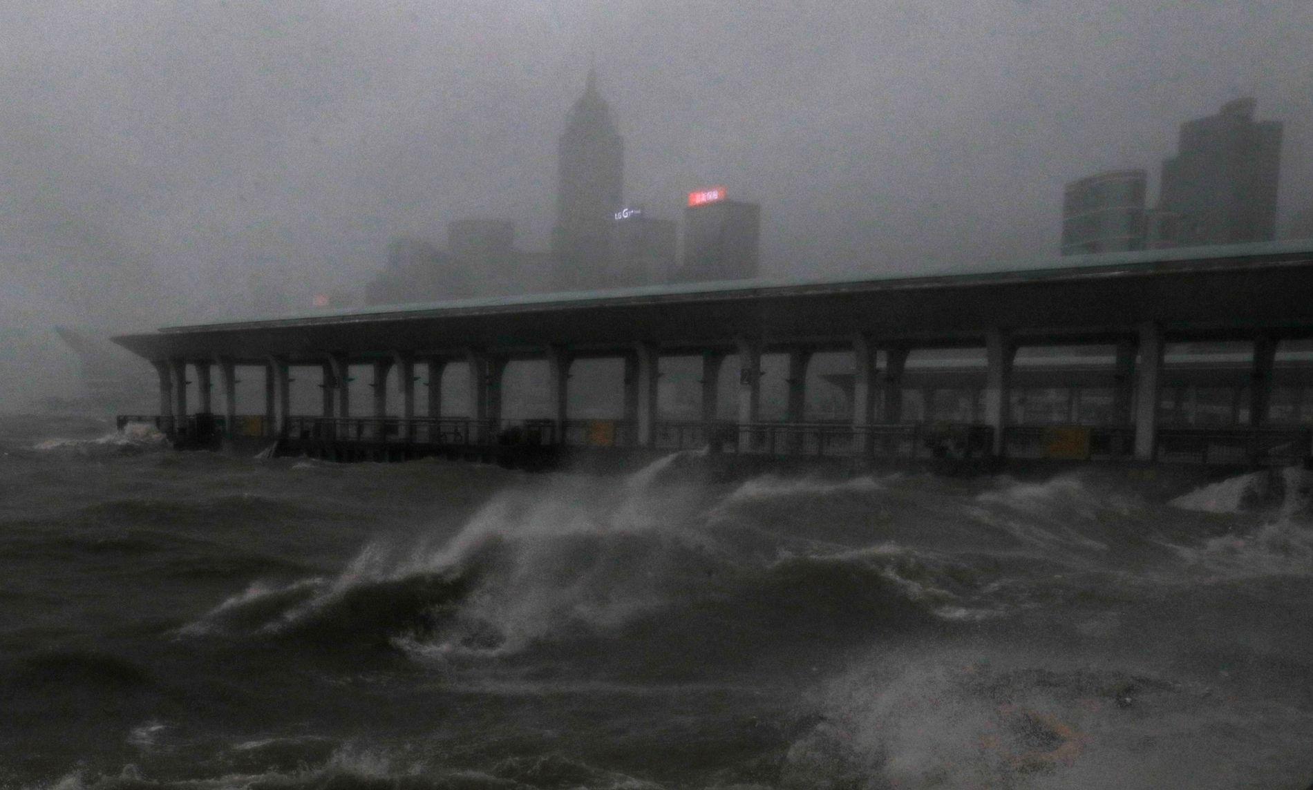 NÅDDE KINA: Store bølger i Victoria Harbour i Hongkong da tyfonen Mangkhut nådde Kinas sørkyst.