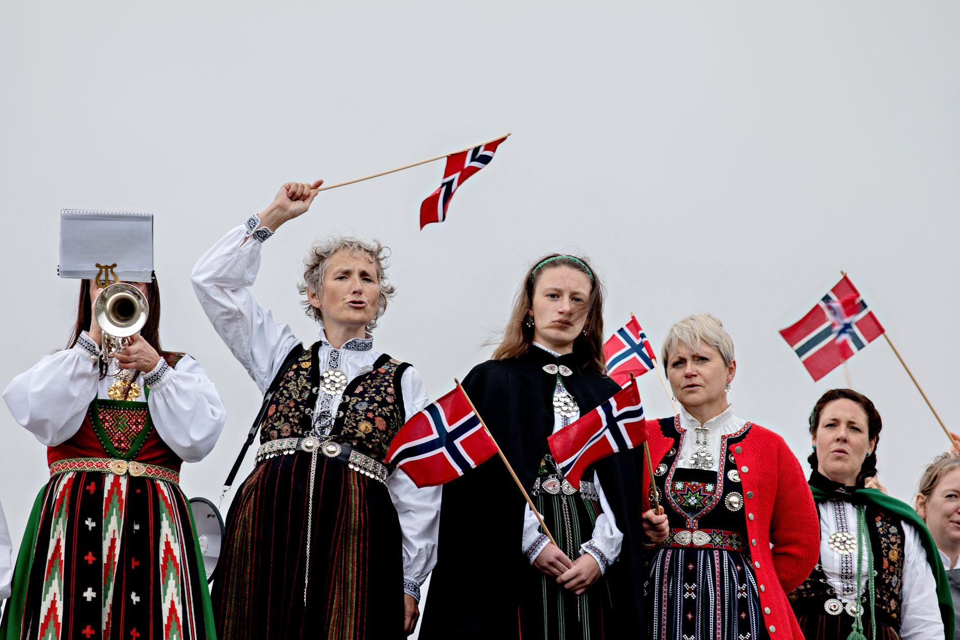 BUNADSKRAFT MOT VINDKRAFT: Kjersti Hjartholm spilte trompet, Wenche Midttun organiserte, Kristine Sleire Tistel holdt appell og moren Tove Kristin Sleire Tistel hjalp med bunadene.