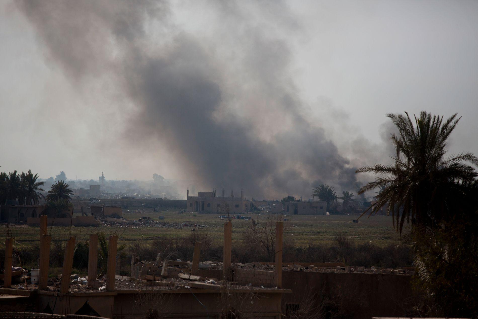 Røyk stiger fra Baghouz under angrep fra den USA-støttede SDF-alliansen tirsdag. Foto: AP / NTB scanpix
