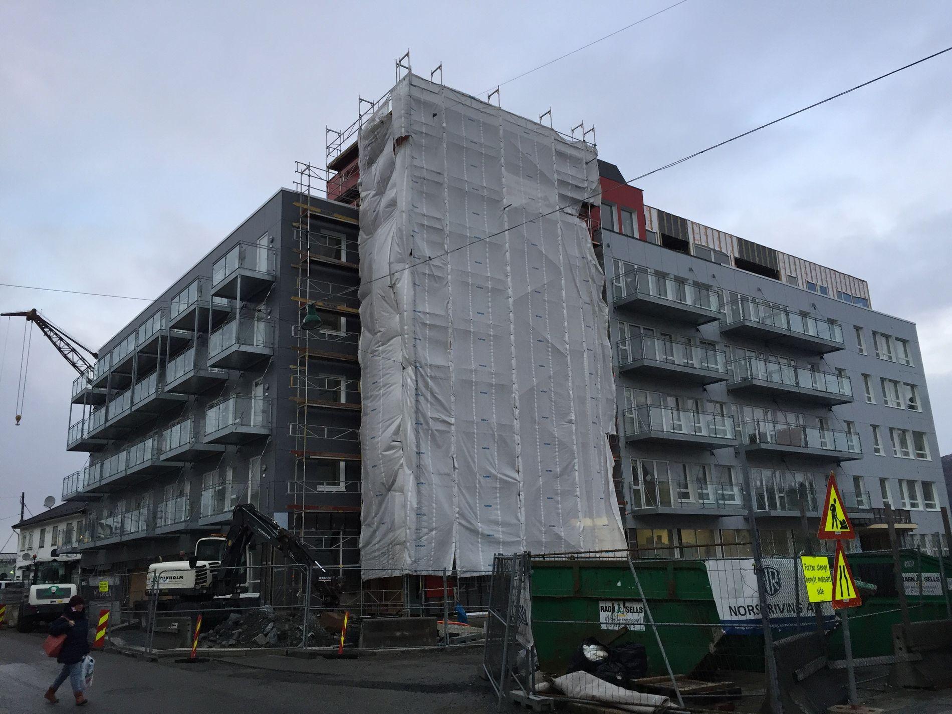 NYTT: Sånn ser gamle Laksevåg rådhus ut nå. Sveip, så får du se hvordan det pleide å se ut.