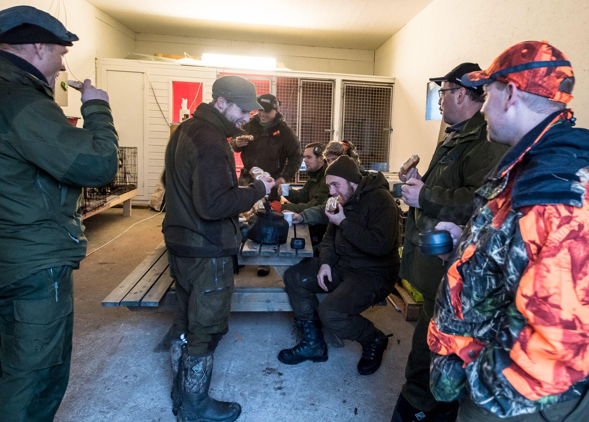 KLARE TIL JAKT: En gruppe lokale gjør seg klare til andejakt. En jakt som også selges på Nyheim Hund og Fritidssenter.