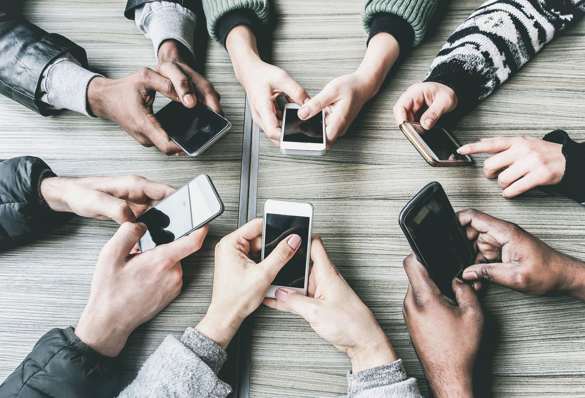 DEN GODE SAMTALEN: Det beste du kan gjøre for å holde liv i det gode sosiale samspillet, er å la mobilen ligge hjemme eller på innerlommen, mener lærer Daniel Bolstad-Hageland.