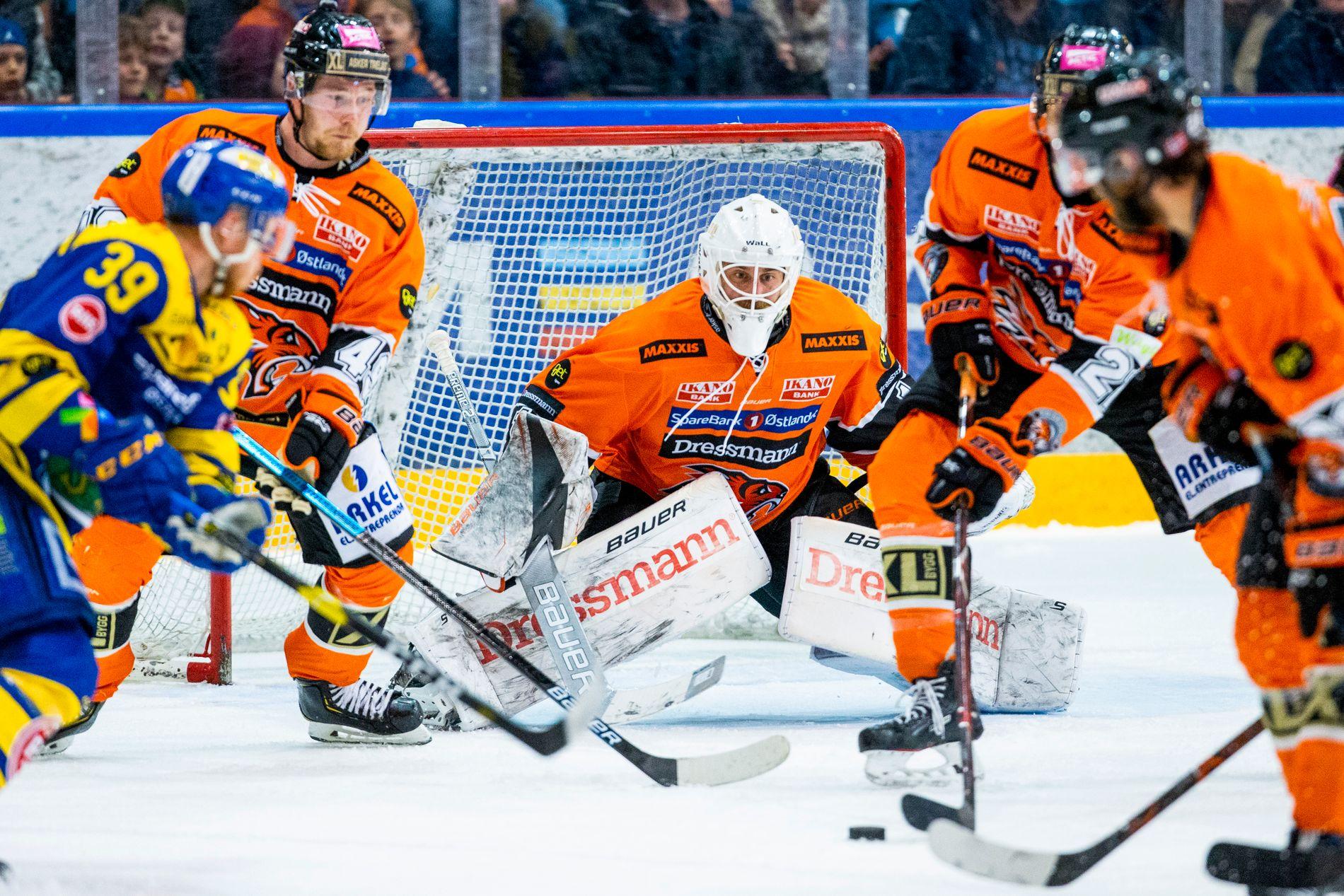 Nicklas Dahlberg på vakt i et virvar av med og motspillere i finalespillet mot Storhamar.